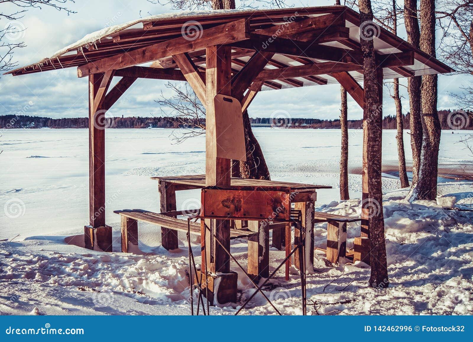 Χειμερινό gazebo στην ακτή της λίμνης