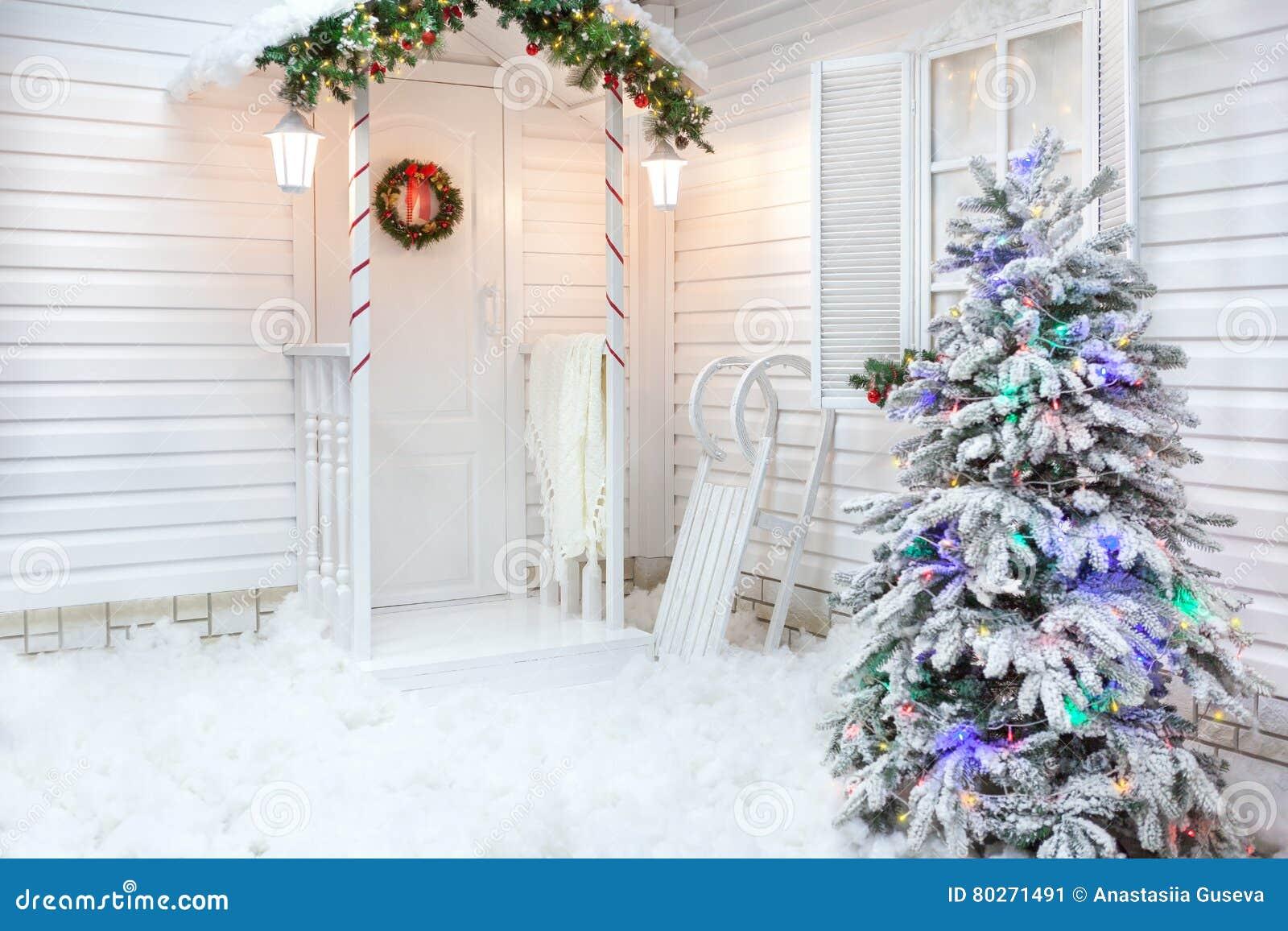 Χειμώνας εξωτερικός ενός εξοχικού σπιτιού με τις διακοσμήσεις Χριστουγέννων στο αμερικανικό ύφος
