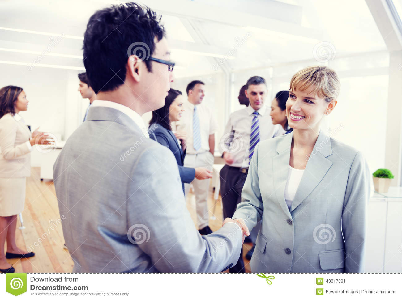 Χειραψία προσώπων δύο επιχειρήσεων στο γραφείο