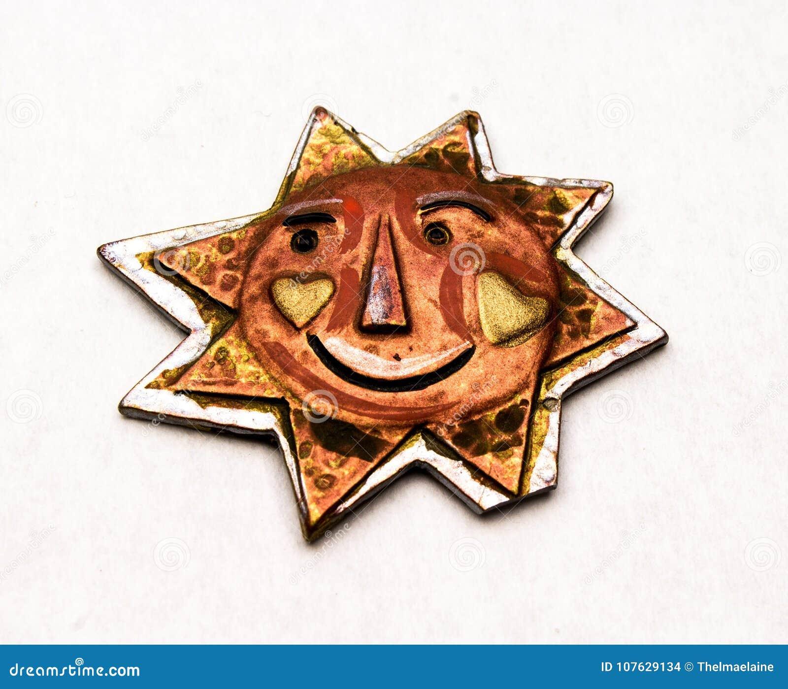 Χειροποίητος ήλιος χαλκού και μετάλλων με ένα πρόσωπο χαμόγελου