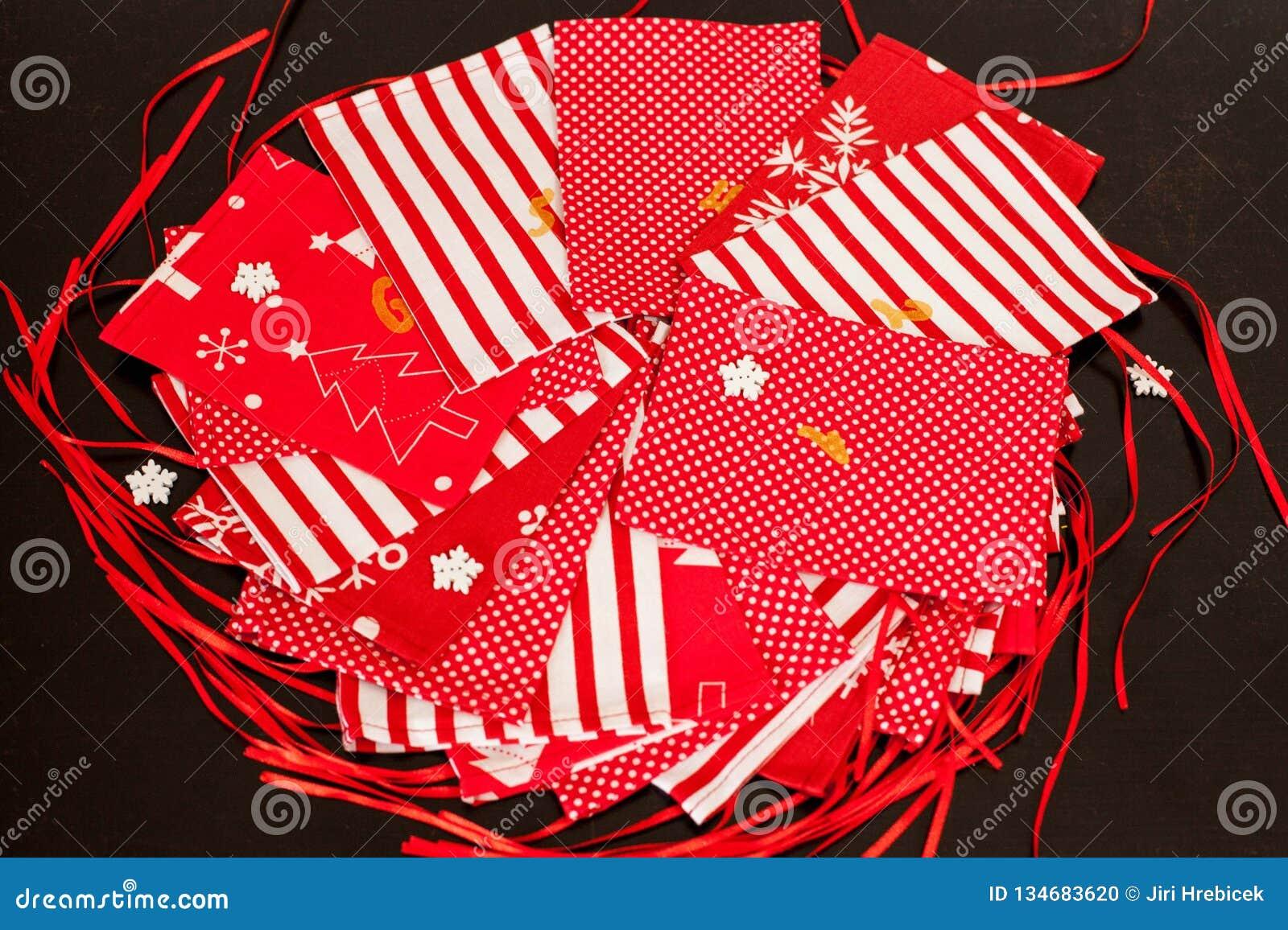 Χειροποίητο ημερολόγιο εμφάνισης Χριστουγέννων για τα παιδιά, κόκκινη εμφάνιση που αριθμείται τους σάκους έτοιμους να γεμιστούν ε