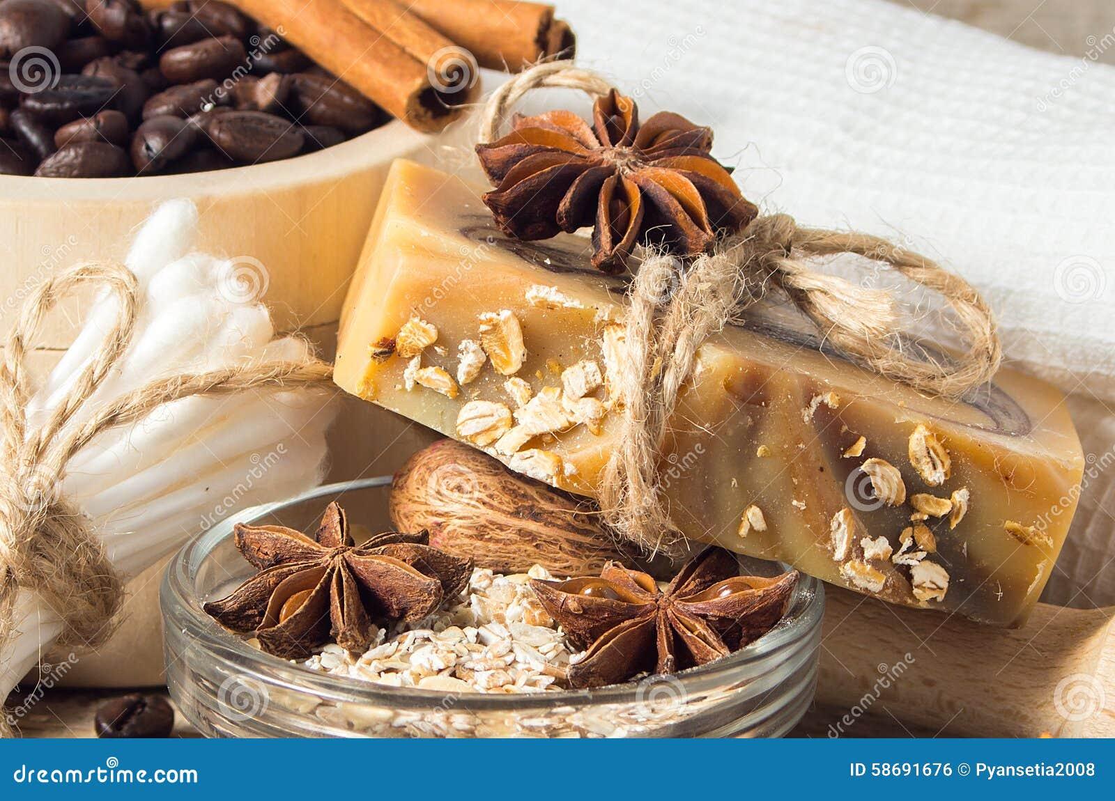 Χειροποίητο σαπούνι με τα φασόλια και τα καρυκεύματα καφέ σε ένα ξύλινο backgroun