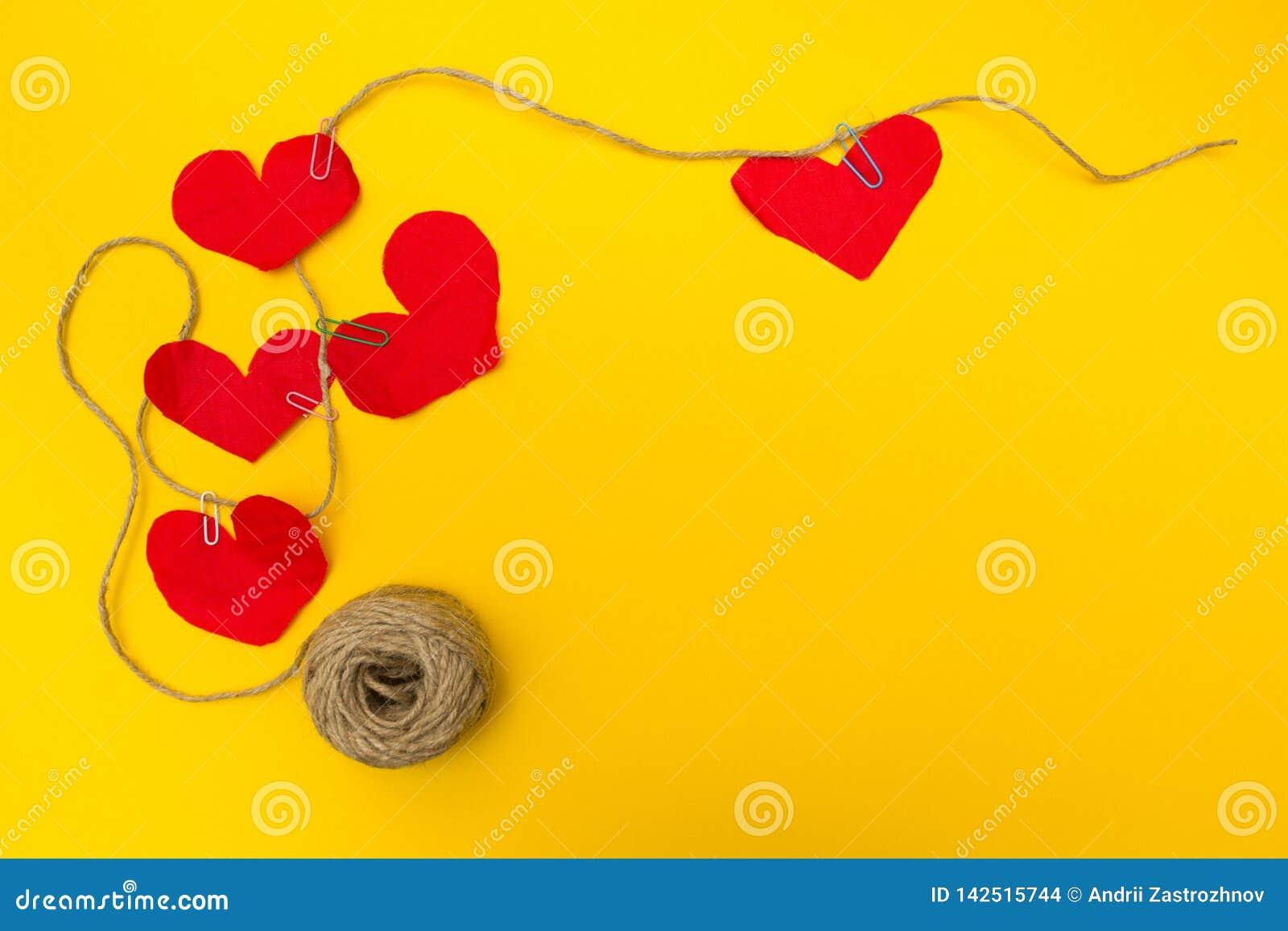 Χειροποίητο σχοινί πέντε κόκκινο καρδιών, κίτρινο υπόβαθρο Επίπεδη σύνθεση