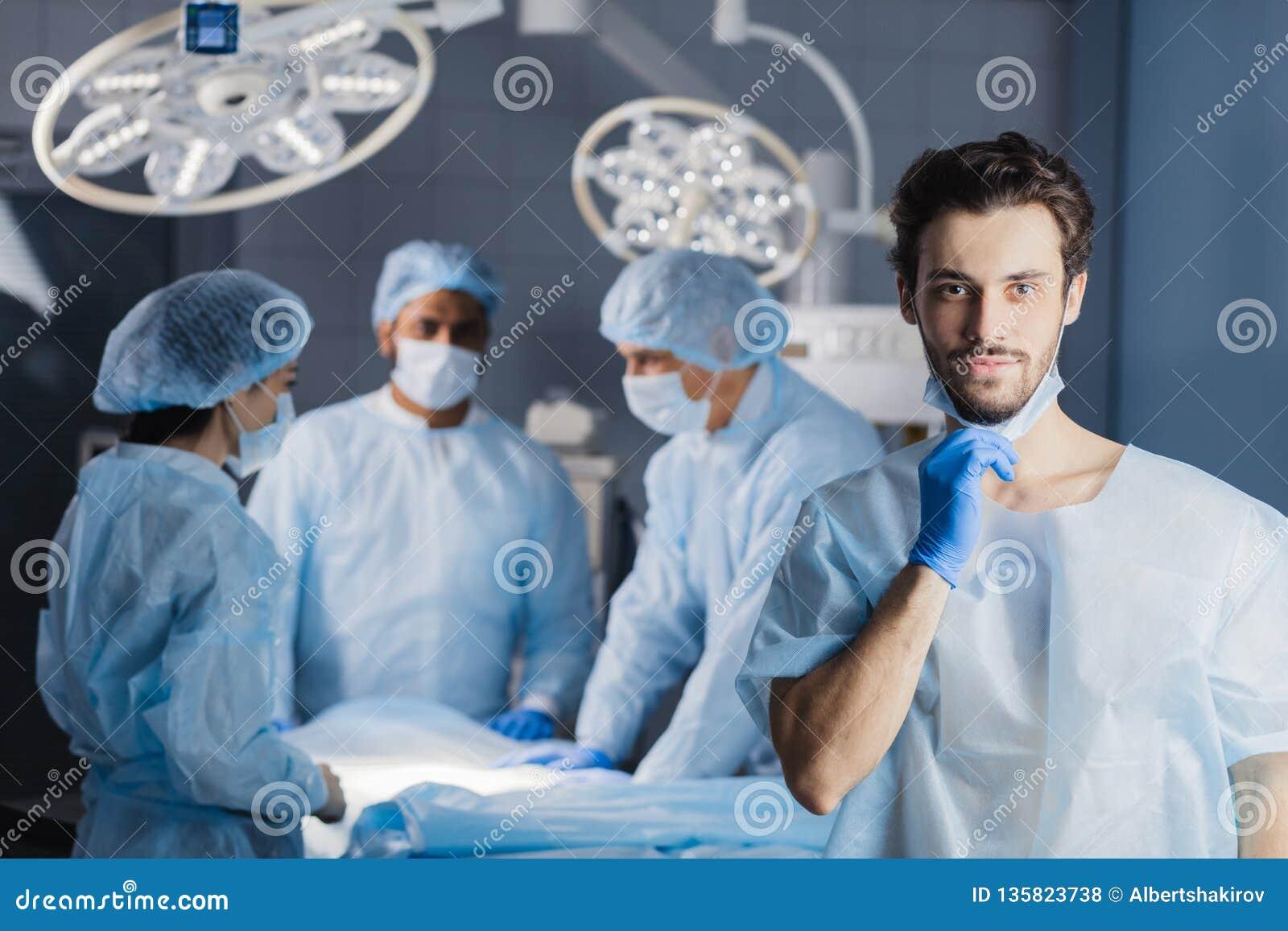 Χειρούργος που εξετάζει τη κάμερα με τους συναδέλφους