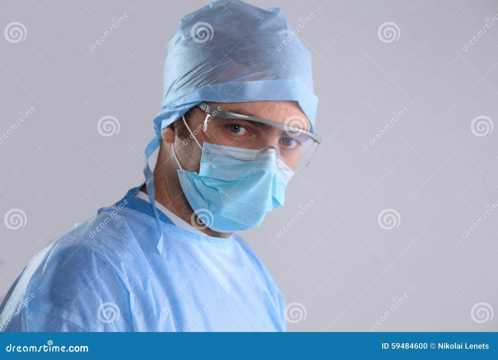 Χειρούργος στην ομοιόμορφη κινηματογράφηση σε πρώτο πλάνο έτοιμη στο βήμα