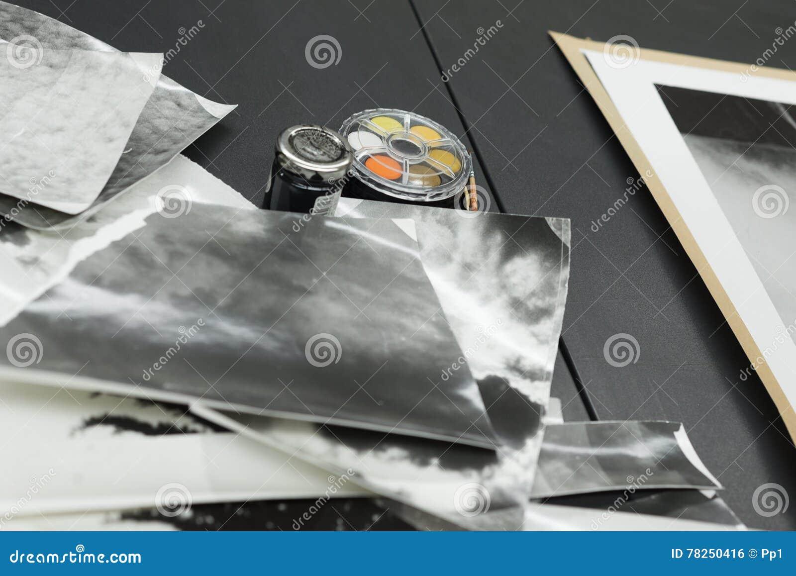 Χειρωνακτικό ρετουσάρισμα τυπωμένων υλών φωτογραφιών, σωρός των φωτογραφιών και μελάνι χρωστικών ουσιών