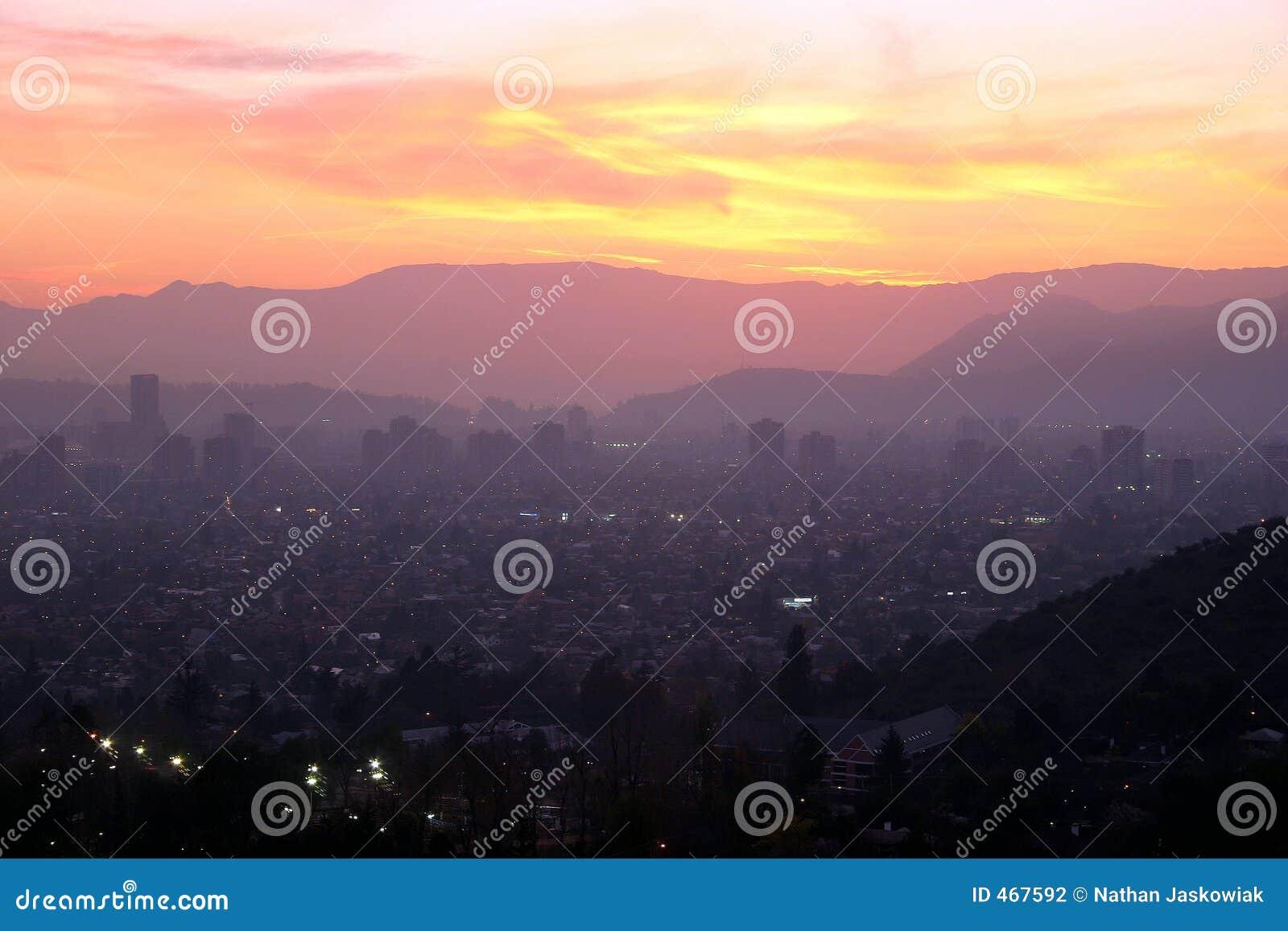 Χιλή πέρα από το ηλιοβασίλεμα του Σαντιάγο