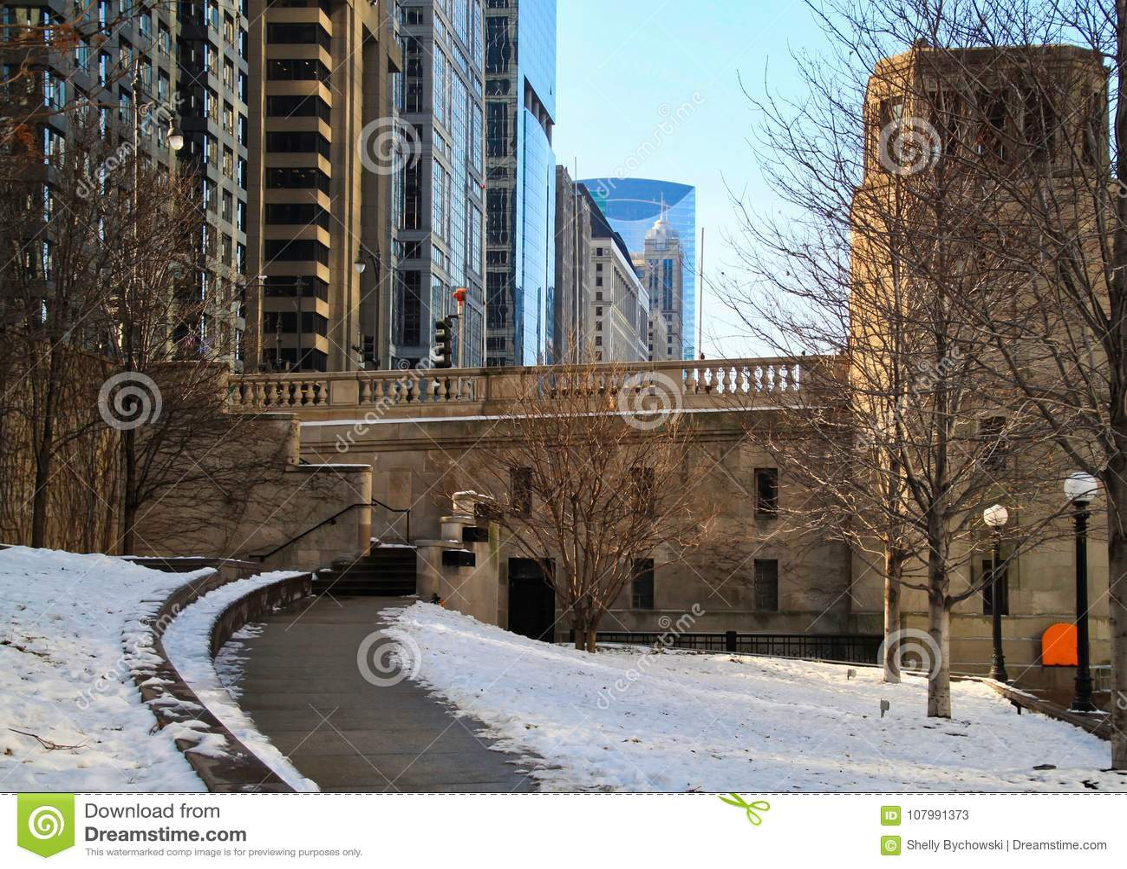 Χιονώδες μονοπάτι που κάμπτει μακρυά από το riverwalk στο στο κέντρο της πόλης βρόχο του Σικάγου