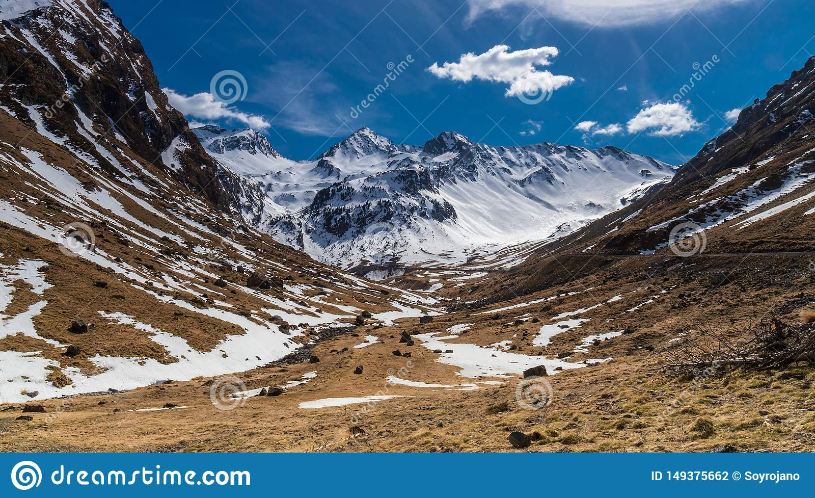 Χιονώδη θαυμάσια βουνά τοπίων