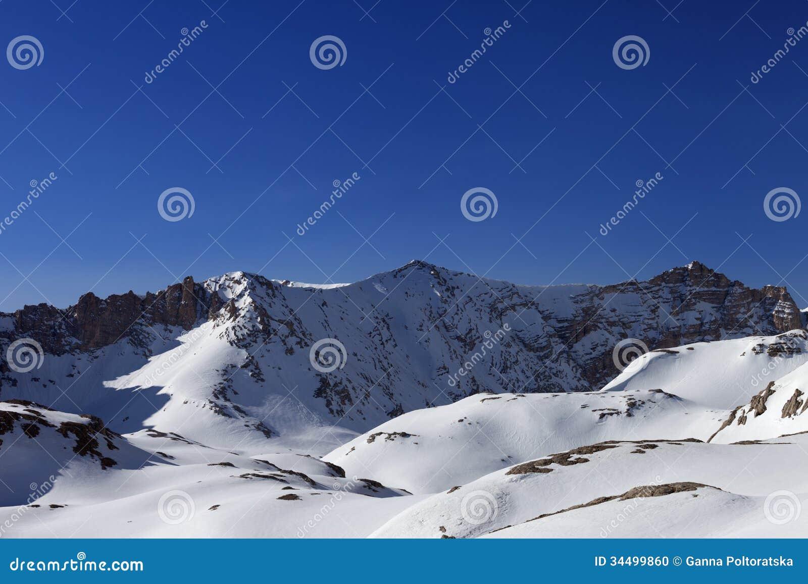Χιονώδεις βουνά και μπλε ουρανός το πρωί