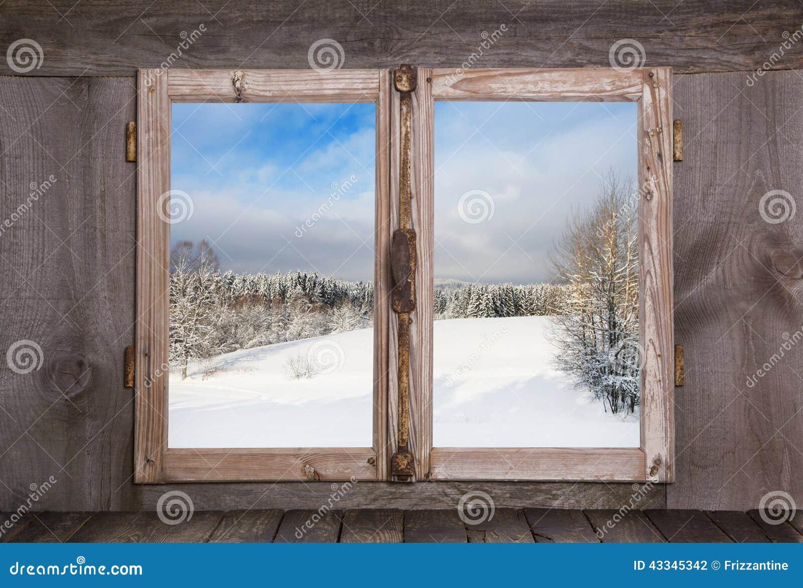 Χιονώδες χειμερινό τοπίο Άποψη από ένα παλαιό αγροτικό ξύλινο παράθυρο