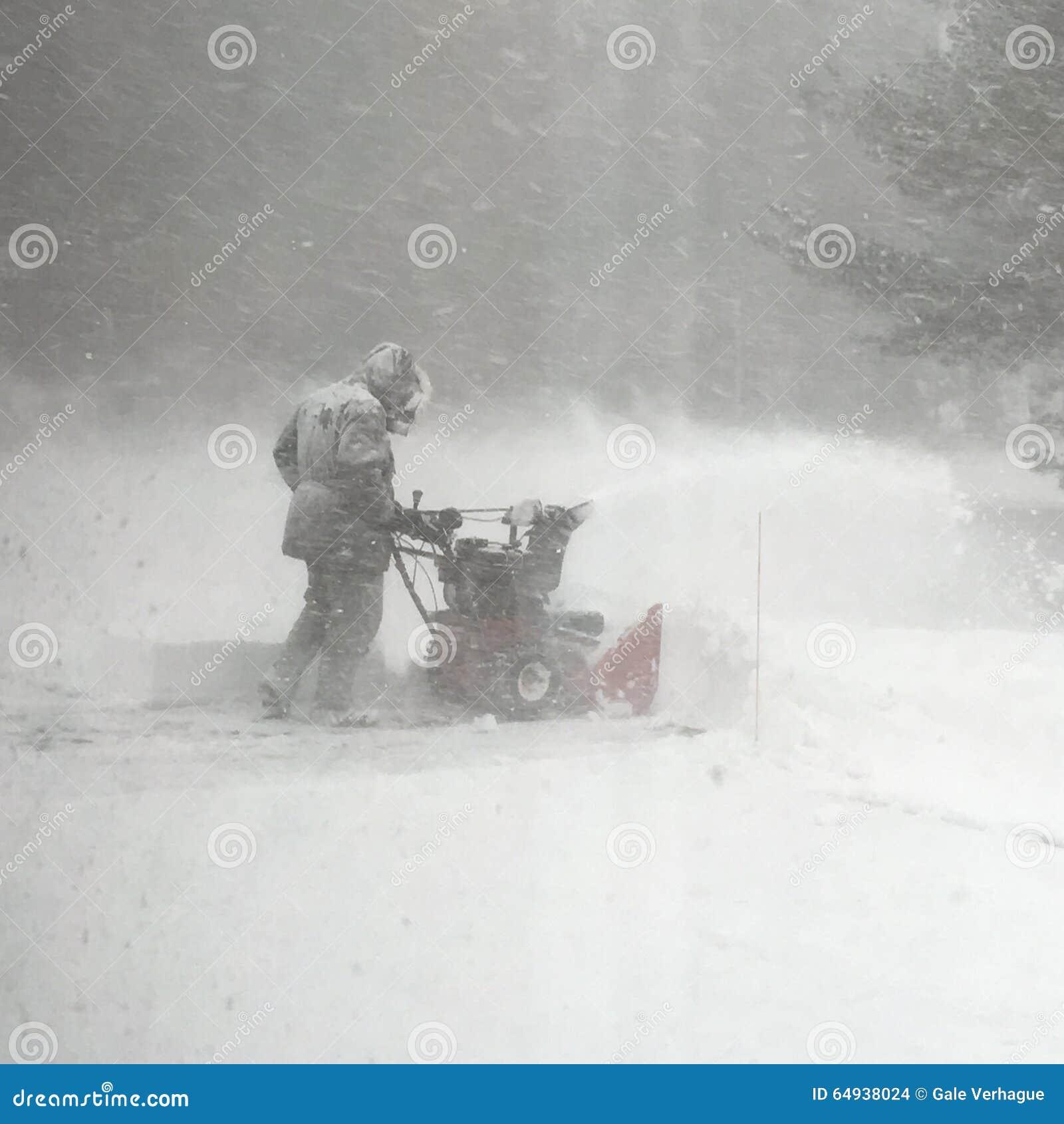Χιόνι καθαρίσματος ατόμων κατά τη διάρκεια μιας χιονοθύελλας