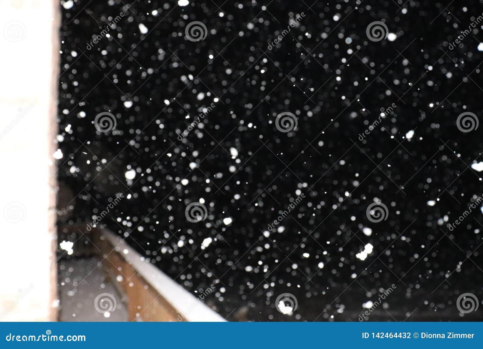 Χιόνι που πέφτει πέρα από μια γέφυρα