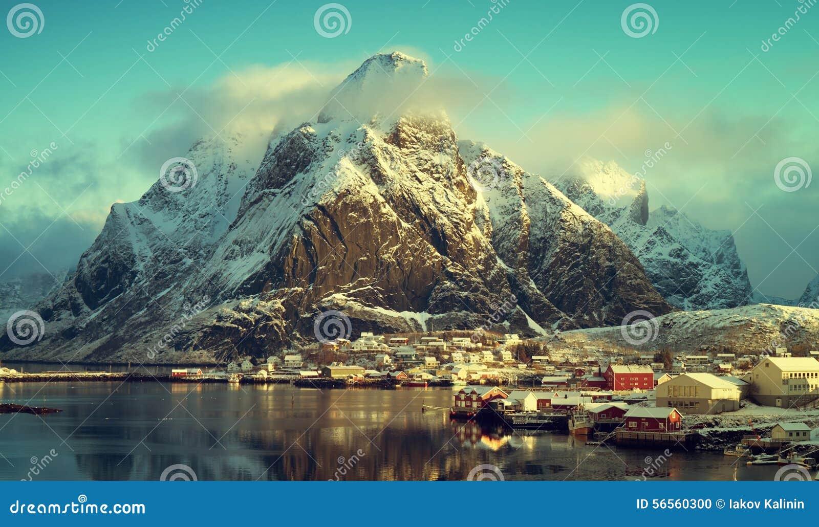 Download Χιόνι στο χωριό Reine, νησιά Lofoten, Νορβηγία Στοκ Εικόνες - εικόνα από ευρώπη, τοπίο: 56560300