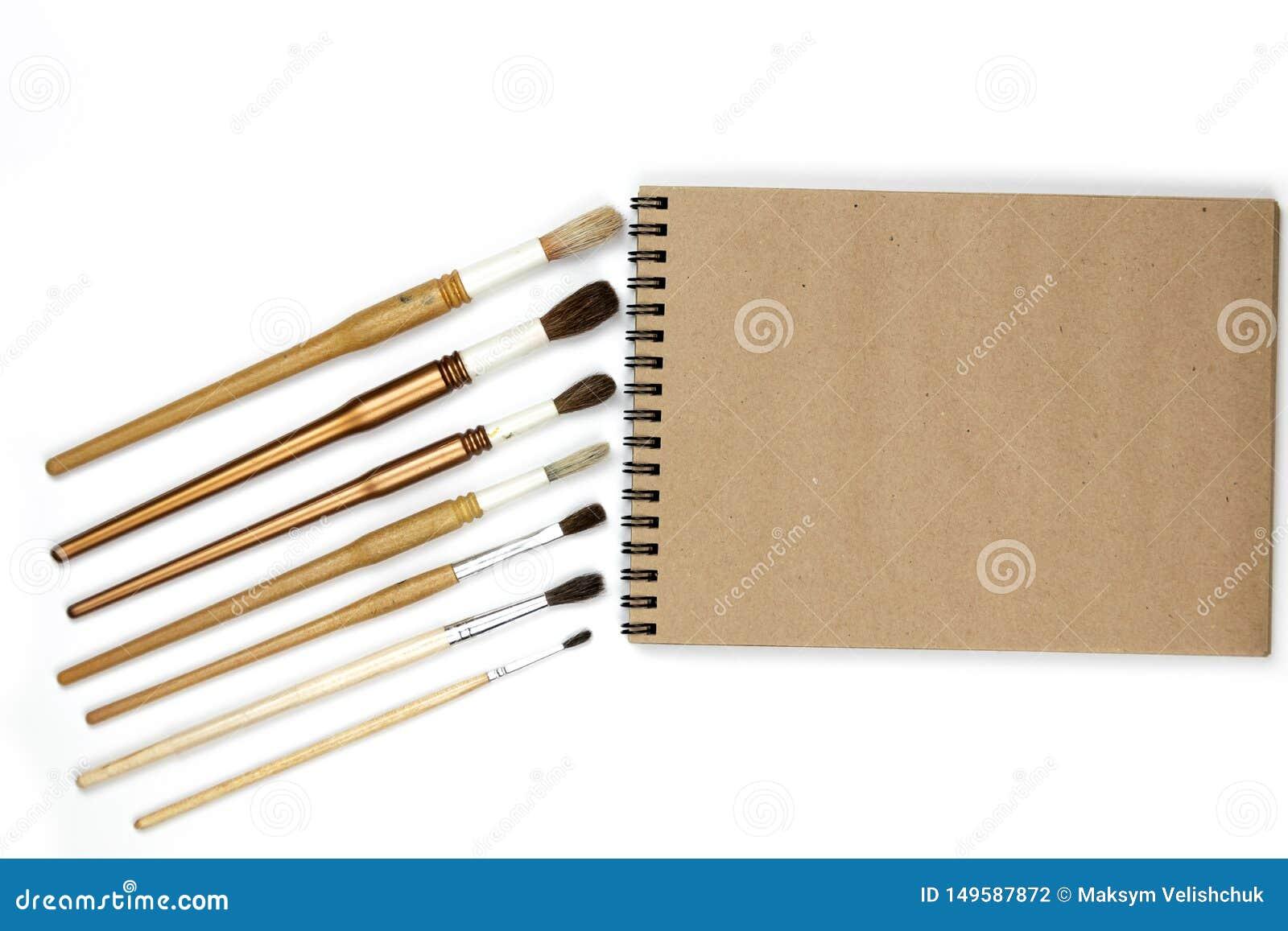 Χλεύη σημειωματάριων επάνω για το έργο τέχνης με τα χρώματα watercolor που απομονώνονται στο άσπρο υπόβαθρο