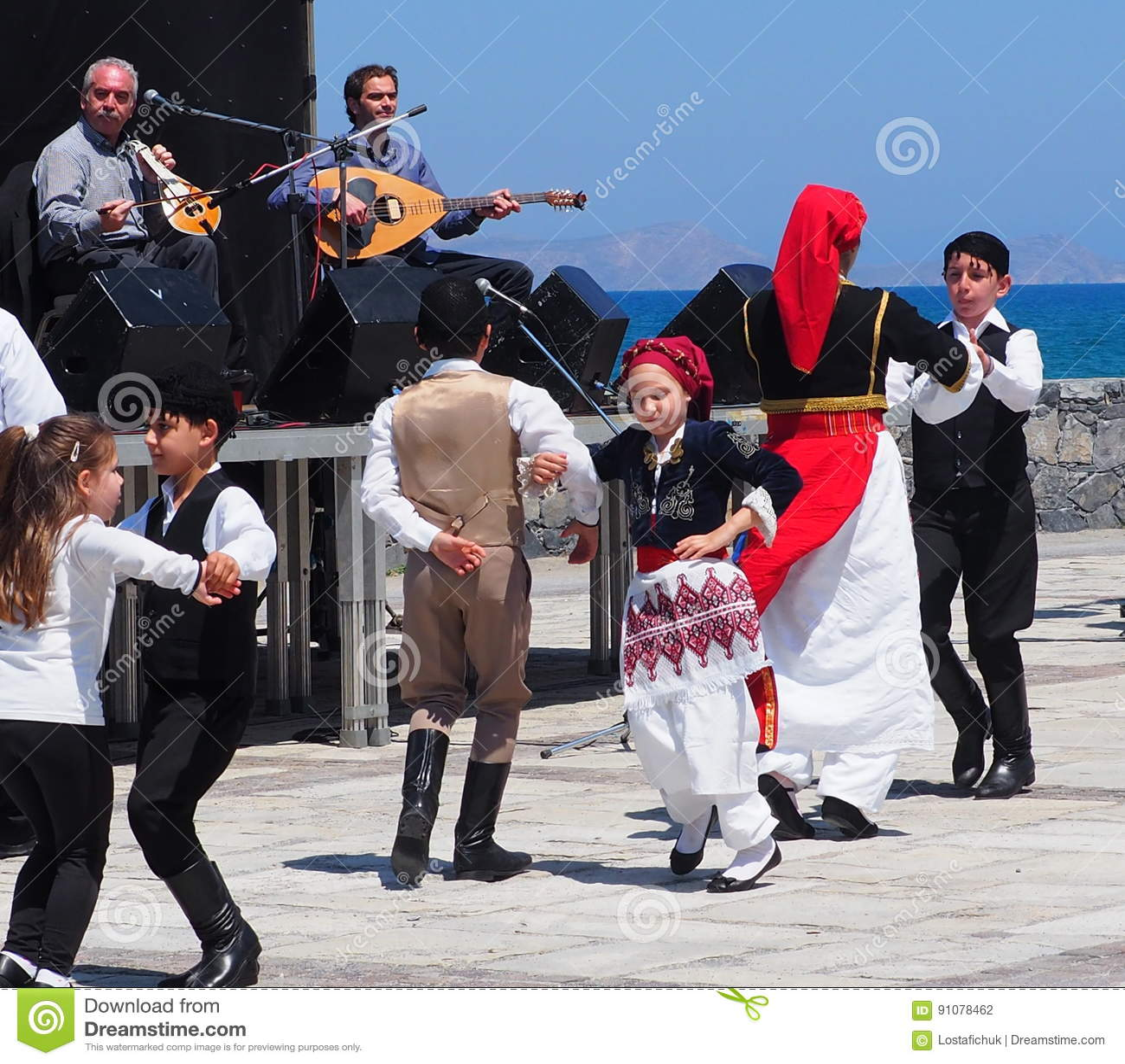 5a4989947dcb Χορευτές στον εορτασμό Ηράκλειο Κρήτη Ελλάδα Πάσχας Εκδοτική ...