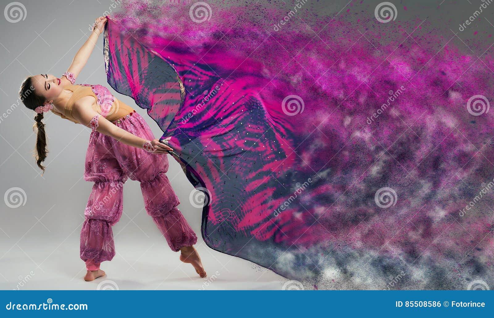 Χορευτής με το αποσυνθέτοντας μαντίλι