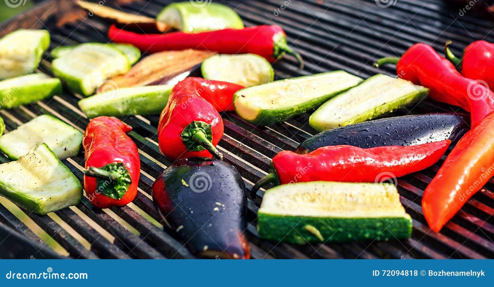 Χορτοφάγος σχάρα με τα κολοκύθια, κόκκινο πιπέρι, μελιτζάνα, που ψήνεται στη σχάρα πέρα από τον ξυλάνθρακα Λαχανικά στη σχάρα πέρ