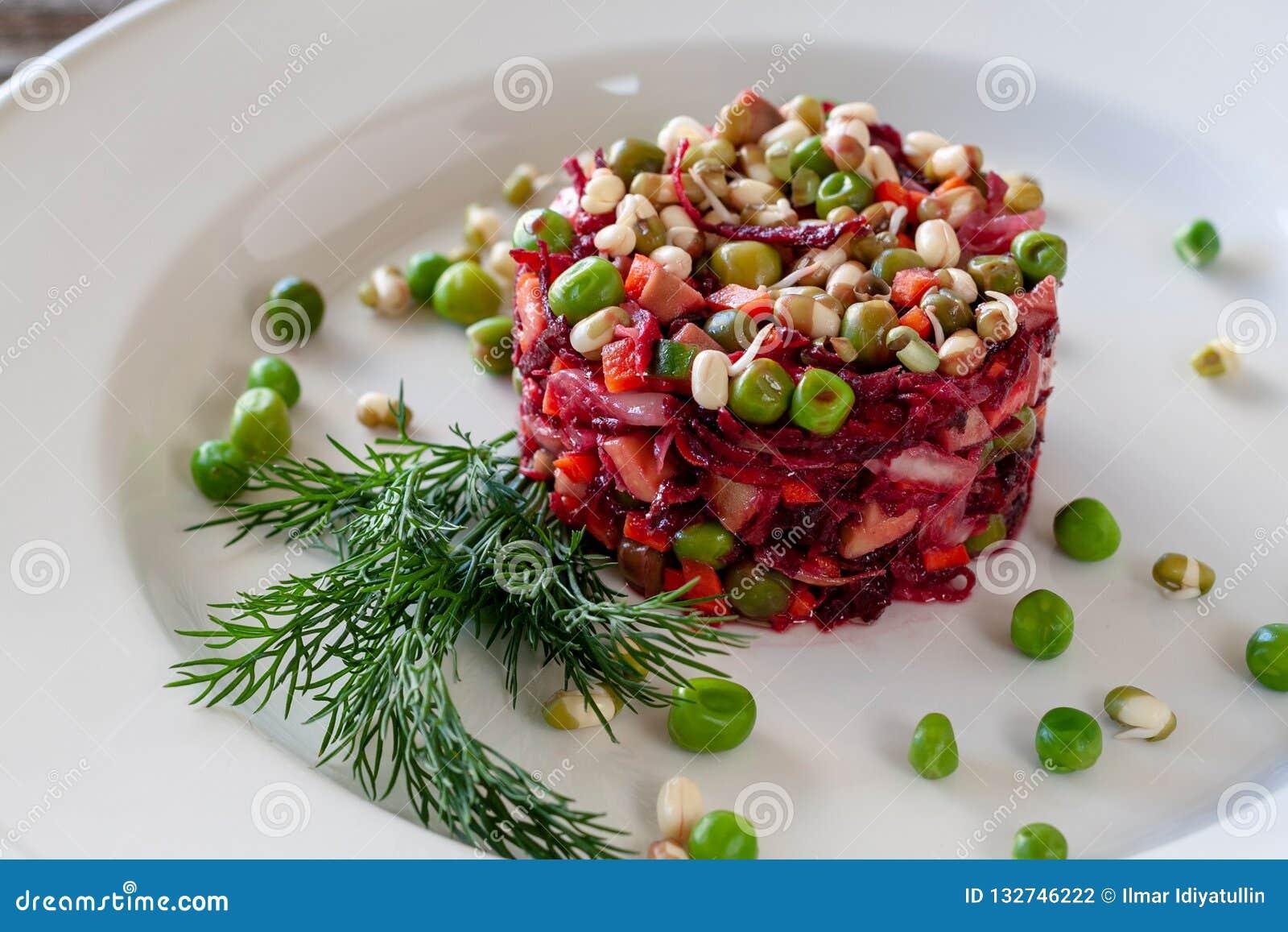 Χορτοφάγο πιάτο: Σαλάτα Vinaigrette των τεύτλων, καρότα, sauerkraut