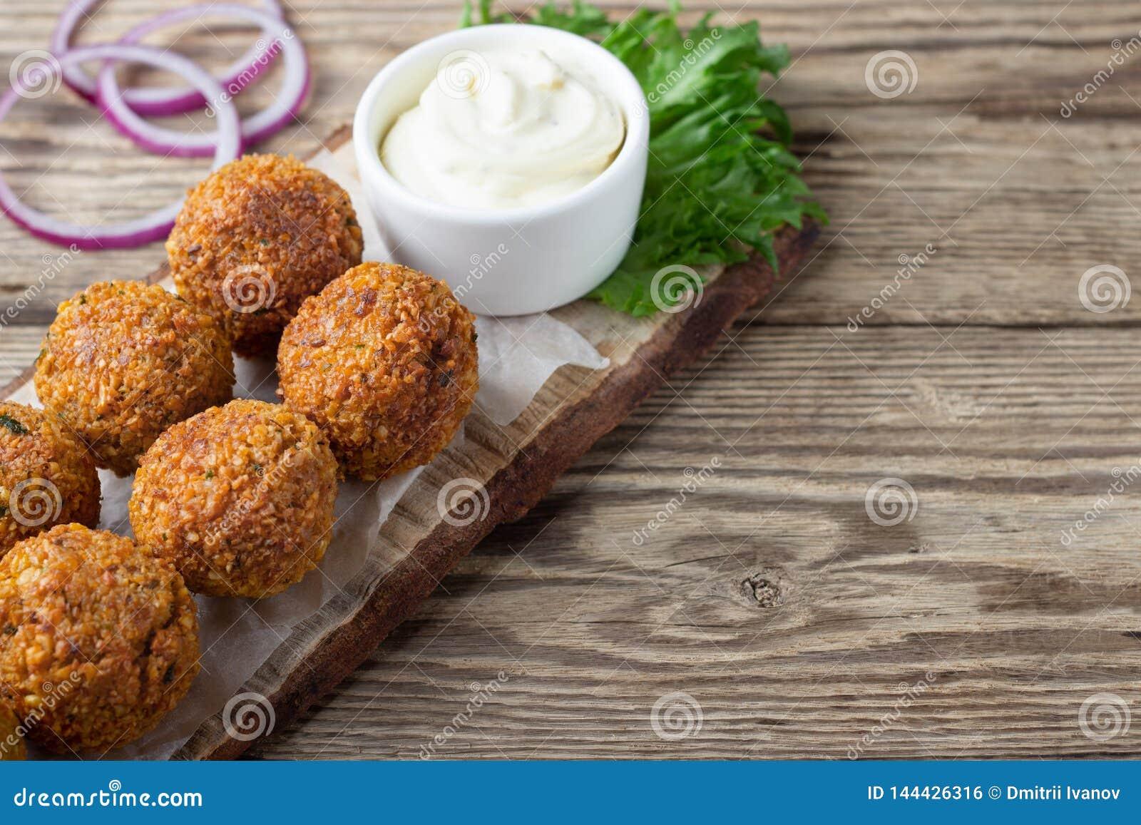 Χορτοφάγο πιάτο - falafel σφαίρες από καρυκευμένα chickpeas
