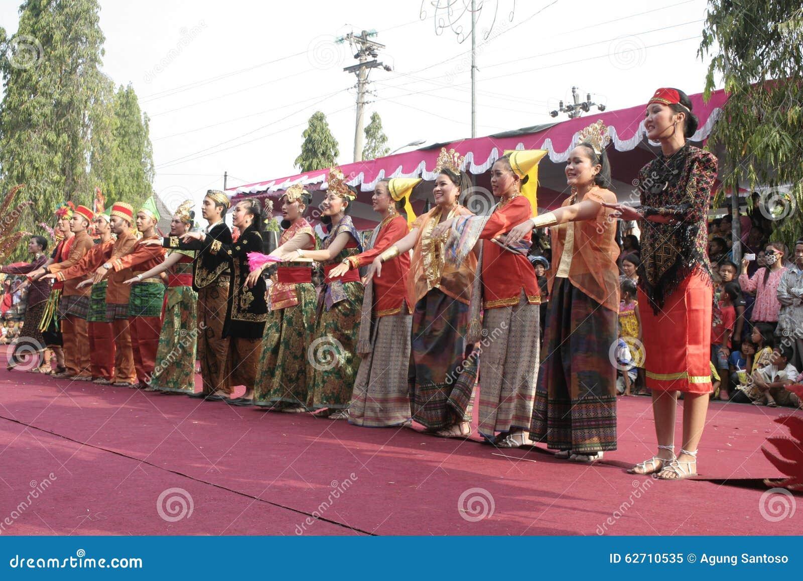 Χορός εκατοντάδων που οργανώνεται σε Sukoharjo