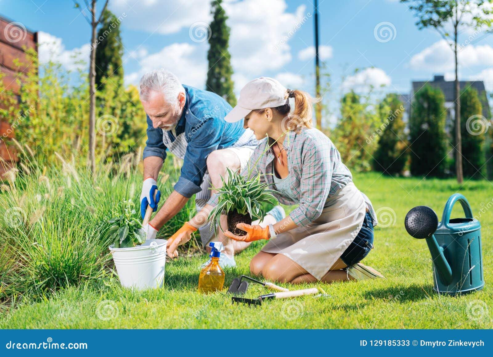 Χρήσιμο ώριμο άτομο που ενώνει την όμορφη σύζυγό της ξεριζώνοντας τα ζιζάνια