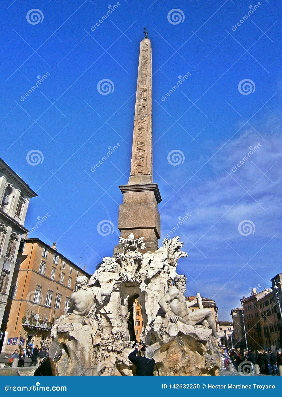 Χρηματοδοτημένη με ένα πολύ κομψό μπαρόκ ύφος, η πλατεία Navona είναι ένα από τα ομορφότερα και δημοφιλή τετράγωνα στη Ρώμη