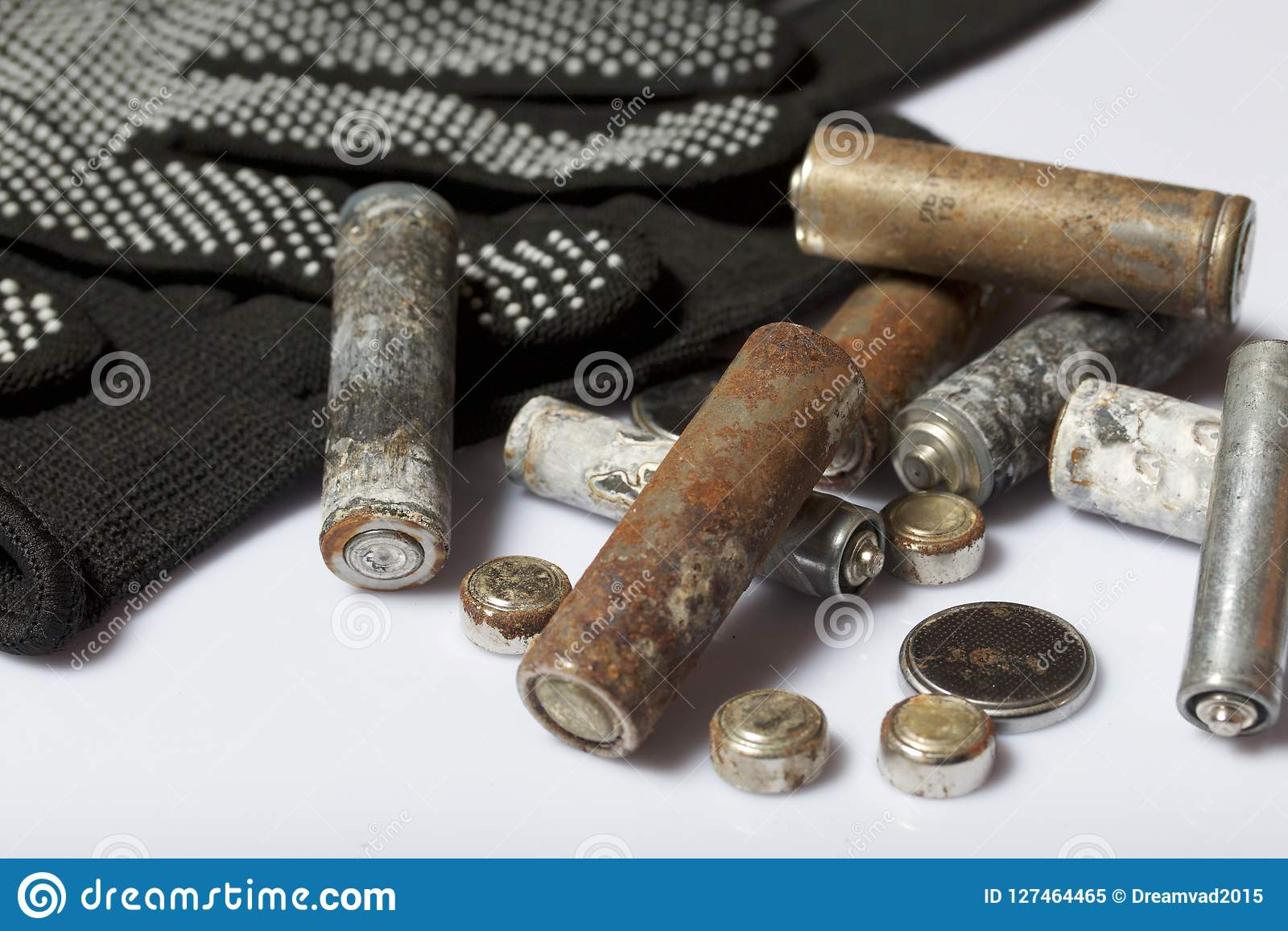 Χρησιμοποιημένες μπαταρίες δάχτυλο-πληγών που καλύπτονται με τη διάβρωση Βρίσκονται σε ένα ξύλινο κιβώτιο Επόμενα λειτουργώντας γ