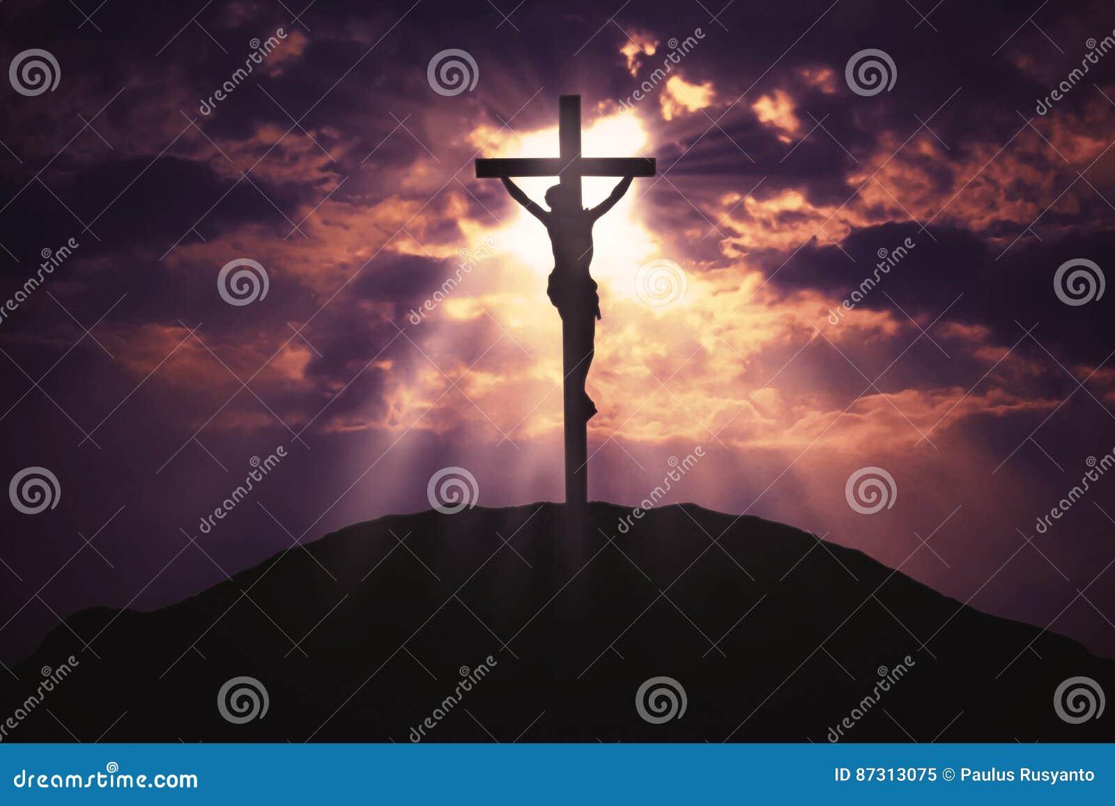 Χριστιανικός σταυρός στο λόφο στην ανατολή