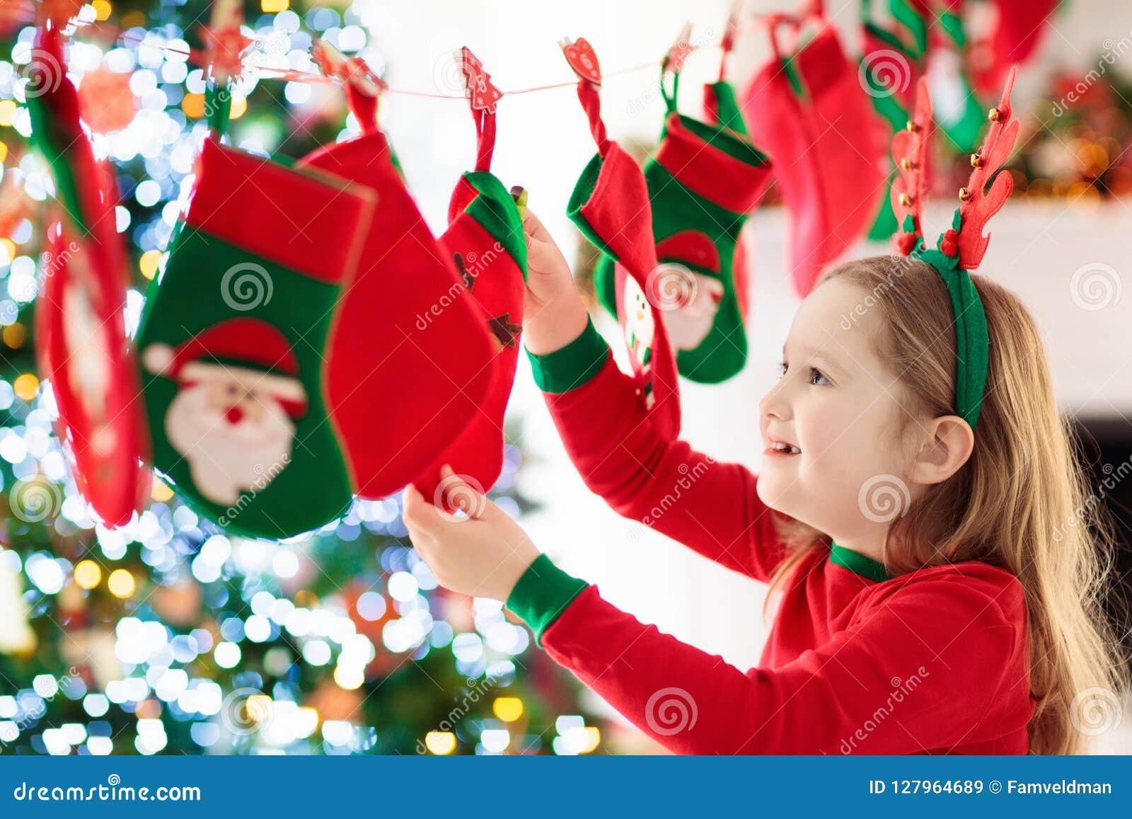 Χριστουγεννιάτικα δώρα για τα παιδιά χρόνος εικονιδίων στοιχείων Χριστουγέννων ημερολογιακών κινούμενων σχεδίων εμφάνισης διάφορο