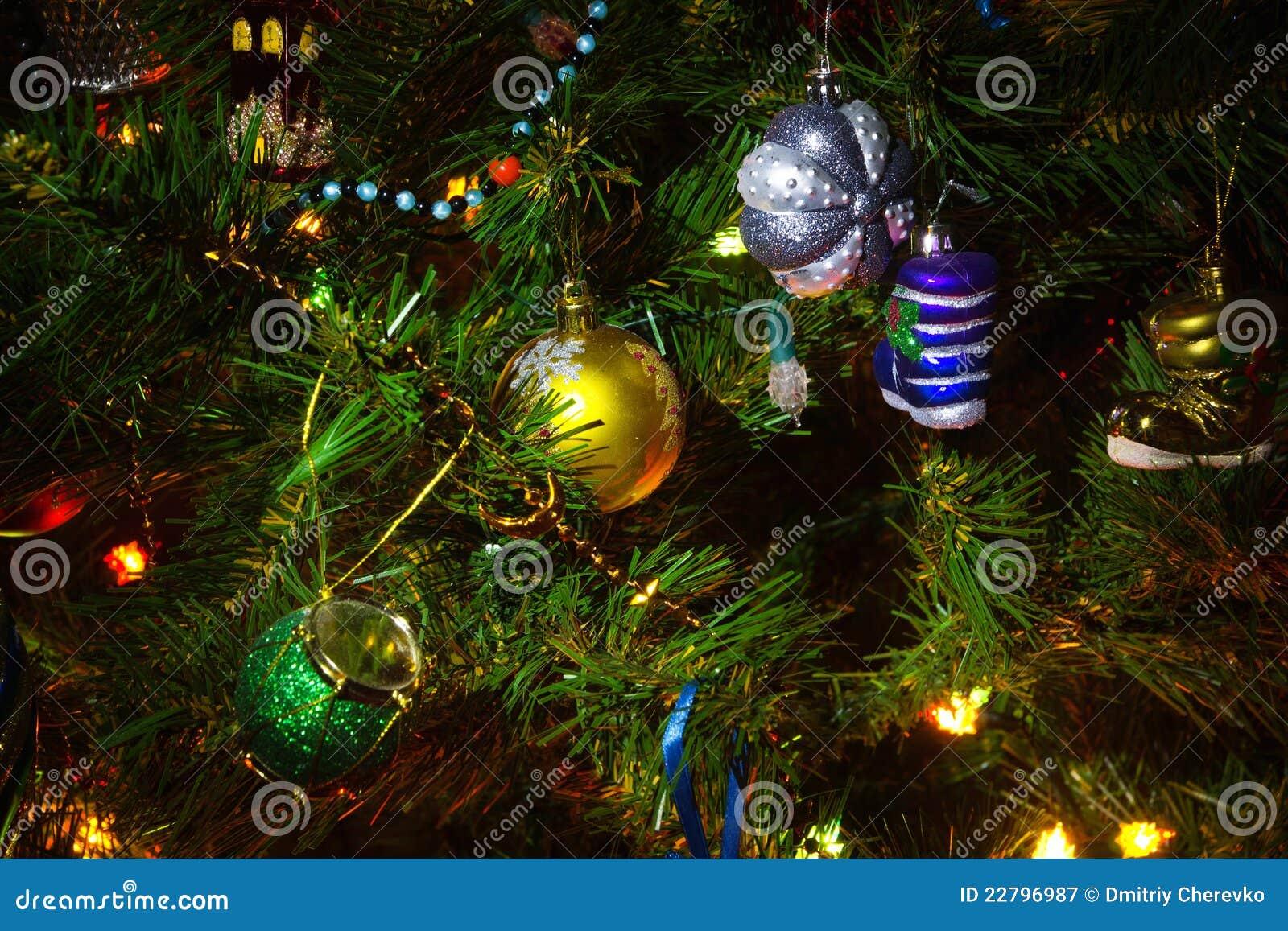 Χριστουγεννιάτικο δέντρο με τις διακοσμήσεις
