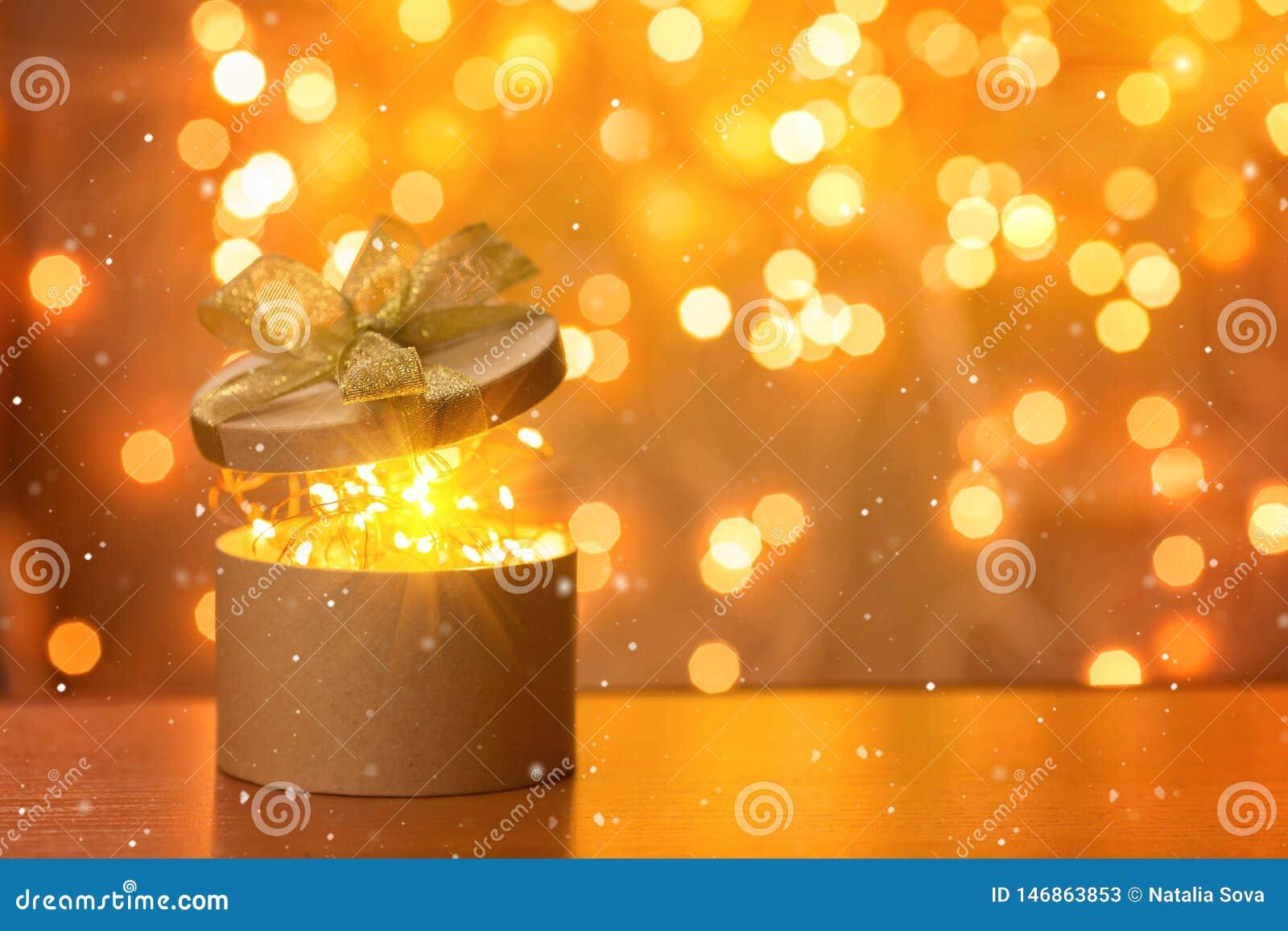 Χριστουγεννιάτικο δώρο στο μουτζουρωμένο υπόβαθρο φω των