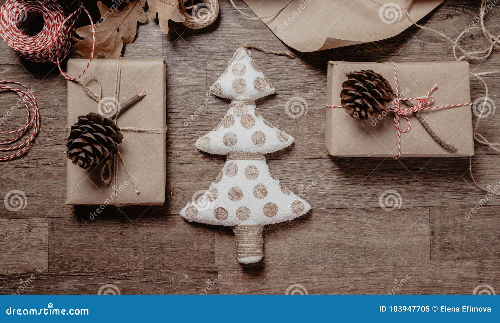 Χριστούγεννα ή νέα δώρα έτους Έννοια ντεκόρ διακοπών Τονισμένη εικόνα Τοπ όψη