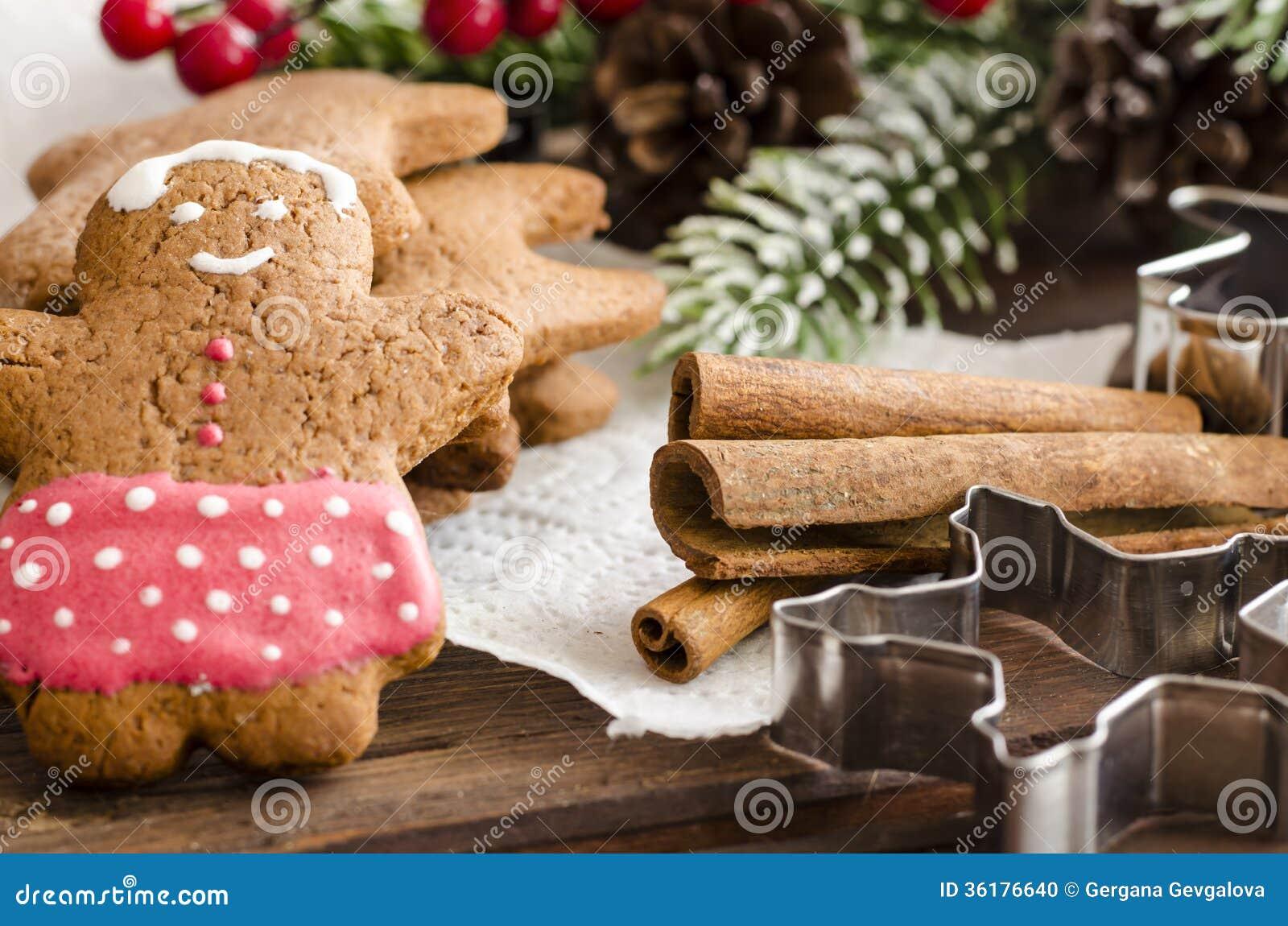 Χριστούγεννα ατόμων μελοψωμάτων coockies και διακόσμηση