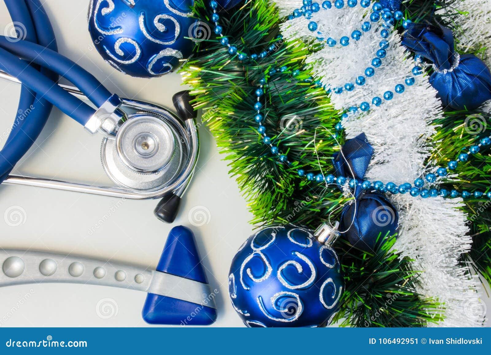 Χριστούγεννα και νέες διακοσμήσεις έτους κοντά στο ιατρικό εξοπλισμό Νευρολογία hummer και ιατρικό στηθοσκόπιο που βρίσκεται κοντ
