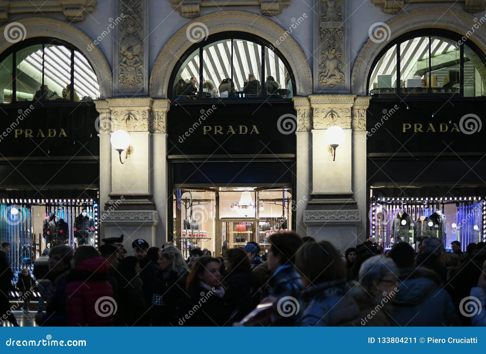 Χριστούγεννα που ψωνίζουν στο Μιλάνο, Ιταλία - οι προθήκες της μπουτίκ πολυτέλειας της PRADA αποθηκεύουν σε Galleria Vittorio Ema