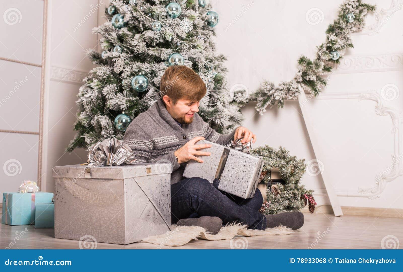 Χριστούγεννα, Χριστούγεννα, χειμώνας, έννοια ευτυχίας - χαμογελώντας άτομο με το κιβώτιο δώρων