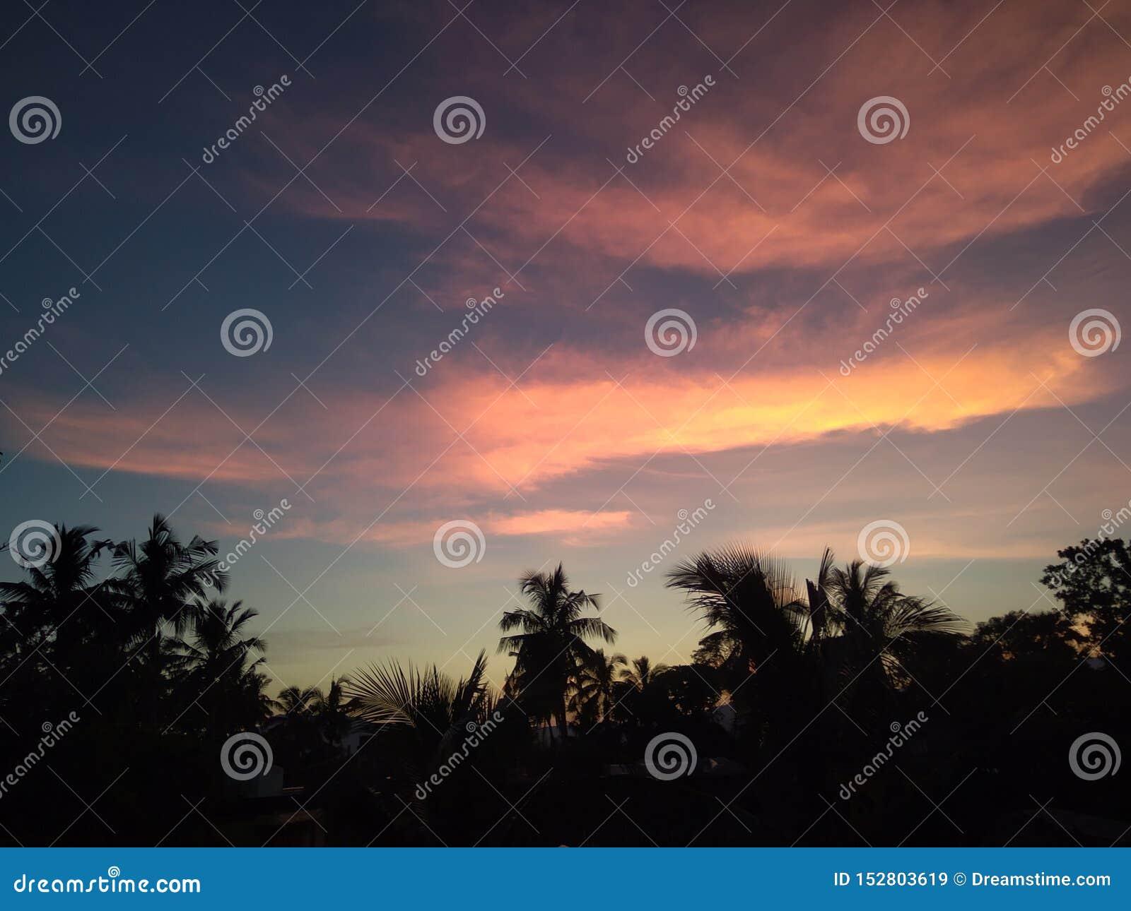 Χρονικός ουρανός βραδιού του χωριού ζωής