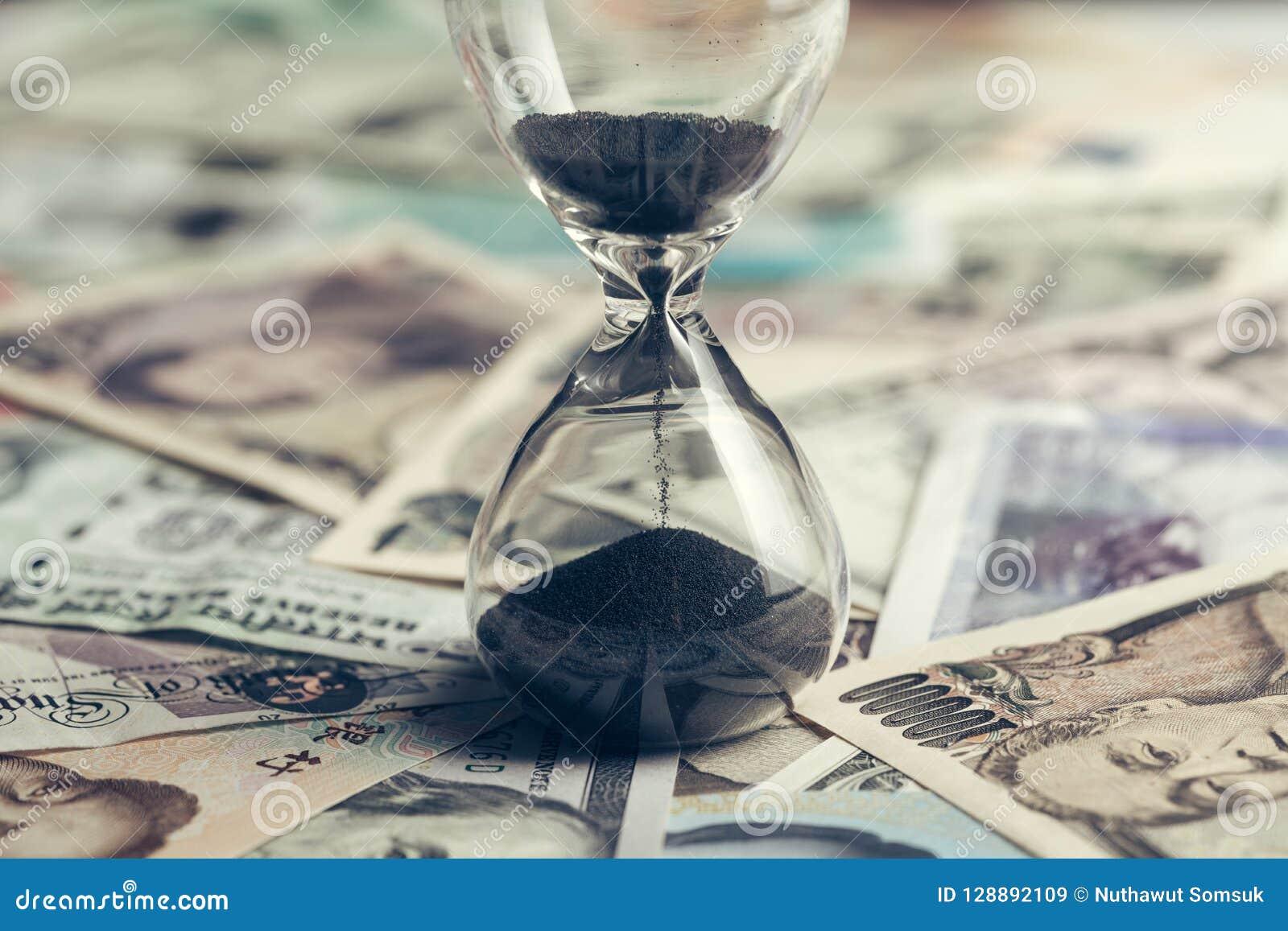 Χρονικό τρέξιμο ή μακροπρόθεσμη έννοια επένδυσης με το γυαλί άμμου ή το γυαλί ώρας σε πολλά διεθνή τραπεζογραμμάτια χωρών, αμερικ