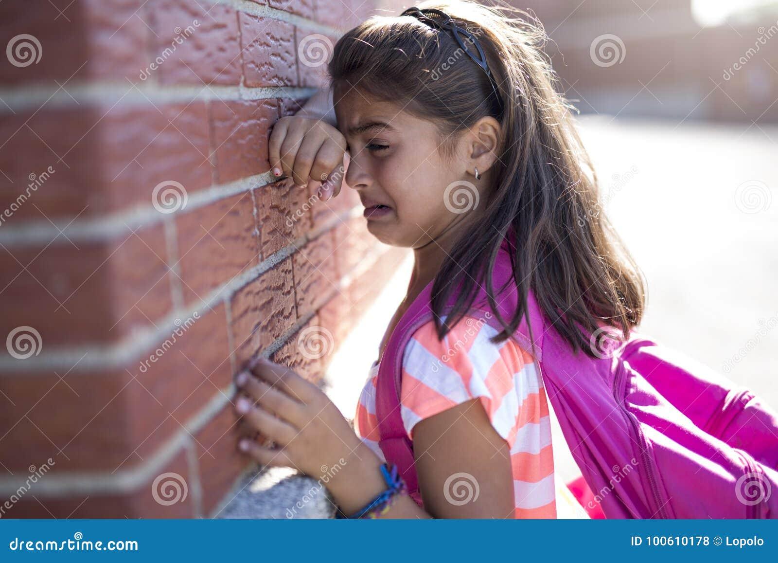 f2c36281a58 Χρονών κραυγή σχολικών έξι κοριτσιών εκτός από το τουβλότοιχο Στοκ ...