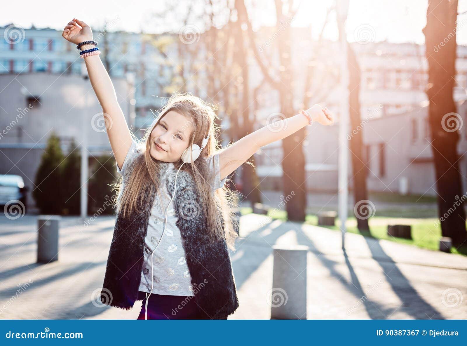 10 χρονών το ευτυχές παιδί κοριτσιών ακούει τη μουσική