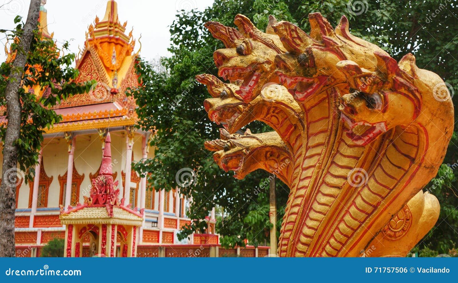 Χρυσά κεφάλια δράκων στη βουδιστική παγόδα στο Βιετνάμ