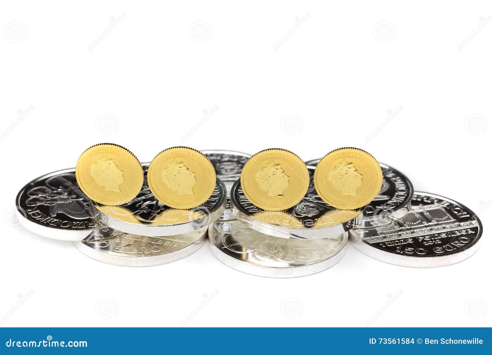Χρυσά νομίσματα που στέκονται στα ασημένια νομίσματα