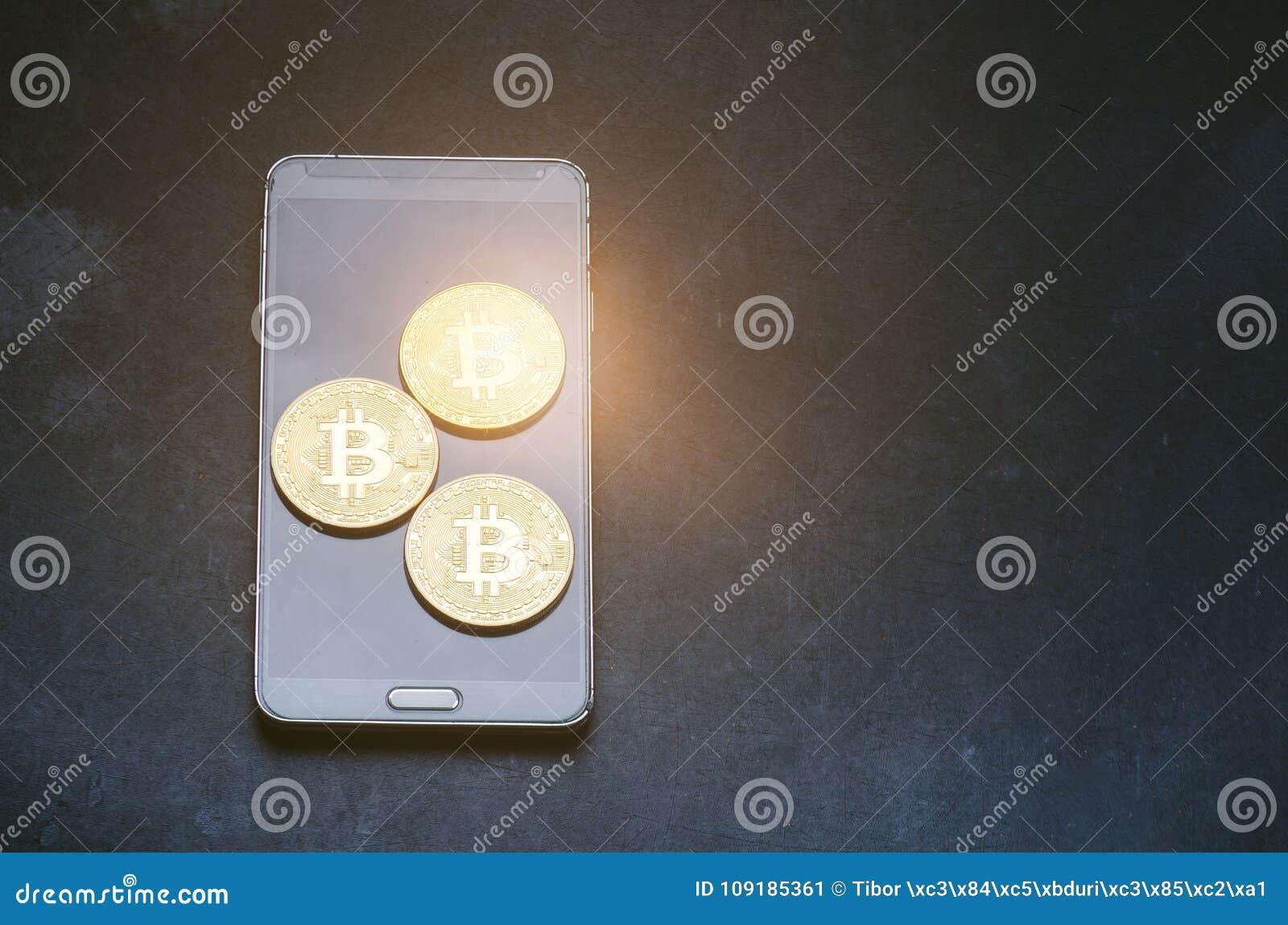 761fde9383 Χρυσά νομίσματα bitcoin σε ένα έξυπνο τηλέφωνο Εικονικό νόμισμα Crypto  νόμισμα Νέα εικονική φλόγα φακών χρημάτων