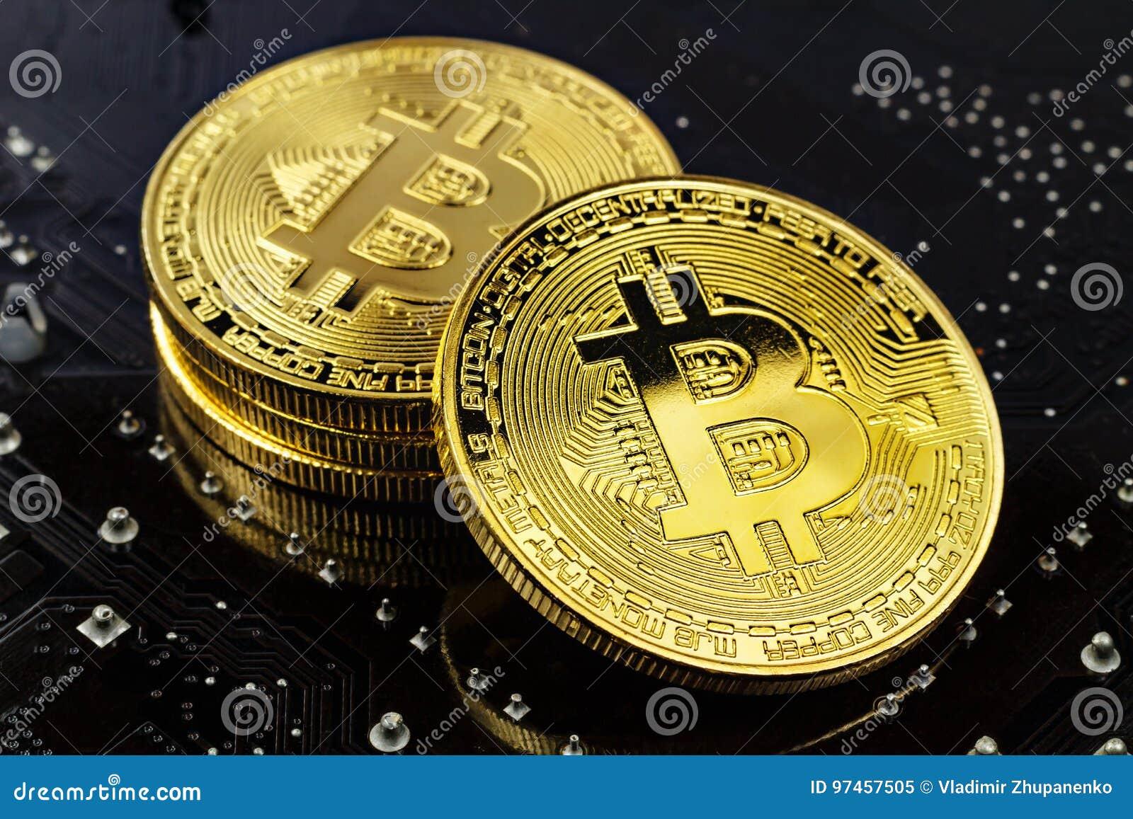 Χρυσά bitcoins στη μαύρη κινηματογράφηση σε πρώτο πλάνο υποβάθρου Εικονικά χρήματα Cryptocurrency