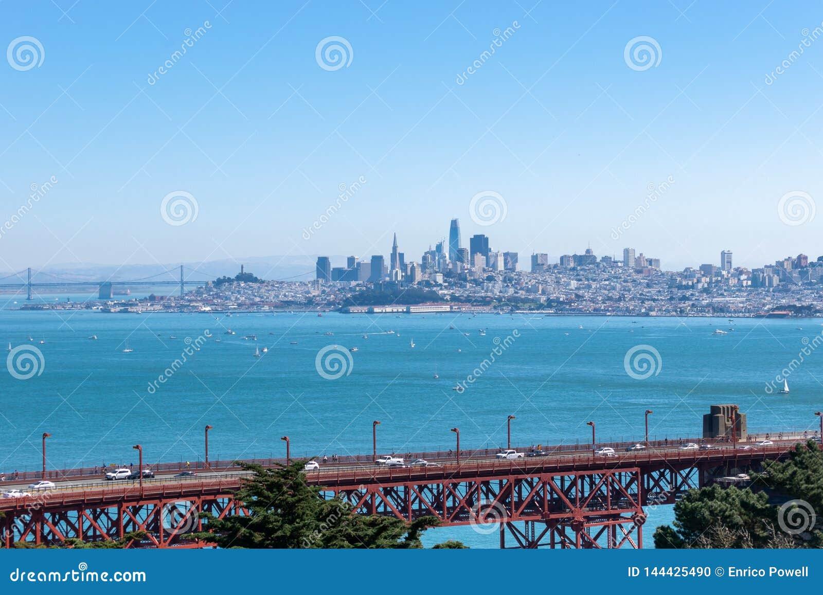 Χρυσή γέφυρα πυλών σε Καλιφόρνια με τον ορίζοντα της στο κέντρο της πόÎ