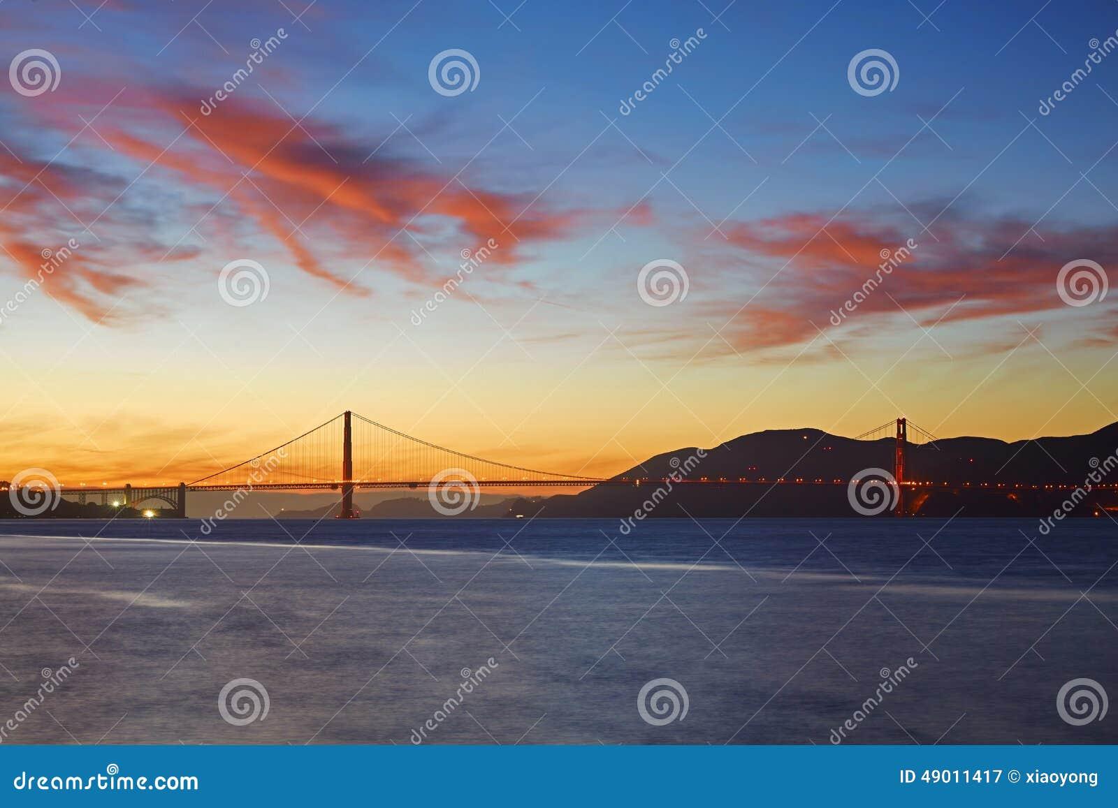 Χρυσή γέφυρα πυλών κάτω από το ηλιοβασίλεμα