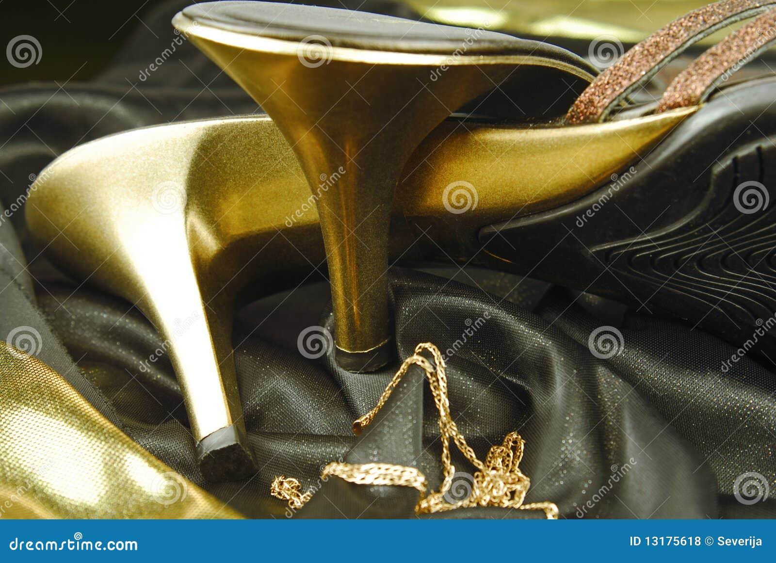 χρυσή γυναίκα παπουτσιών
