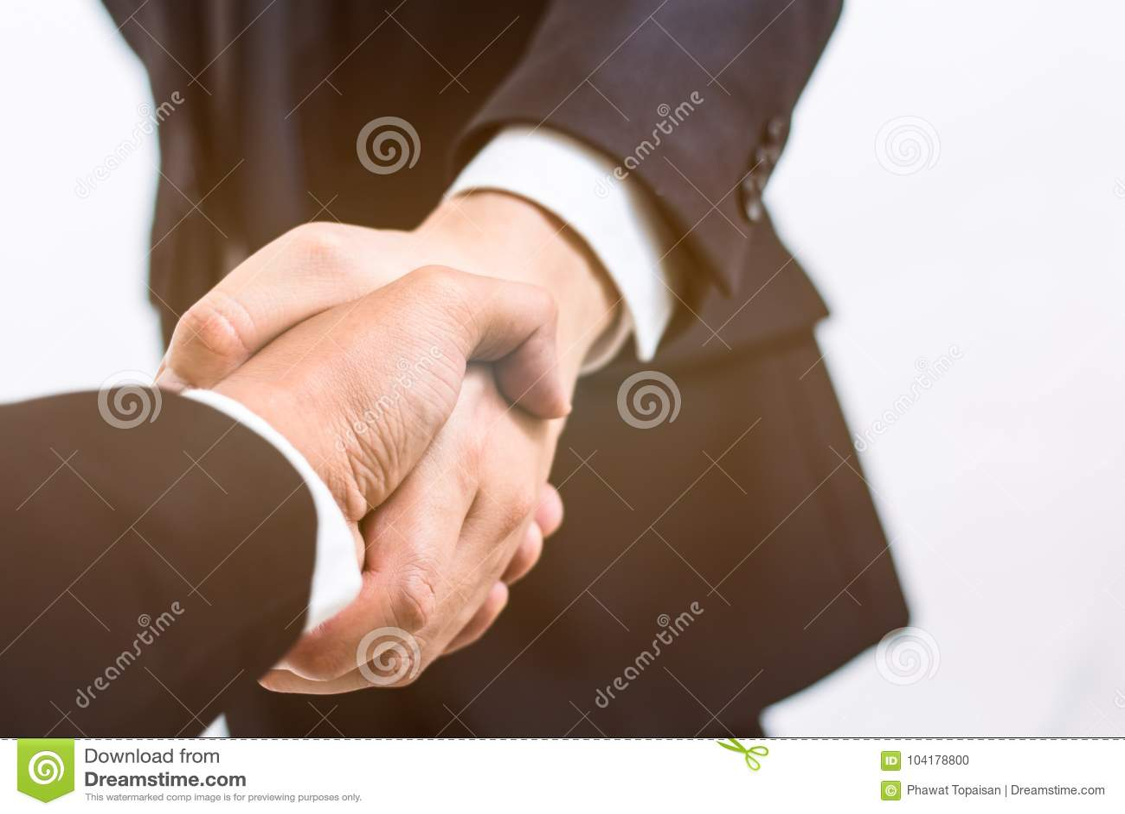 χρυσή ιδιοκτησία βασικών πλήκτρων επιχειρησιακής έννοιας που φθάνει στον ουρανό Η χειραψία για κάνει τη συμφωνία στη σύμβαση