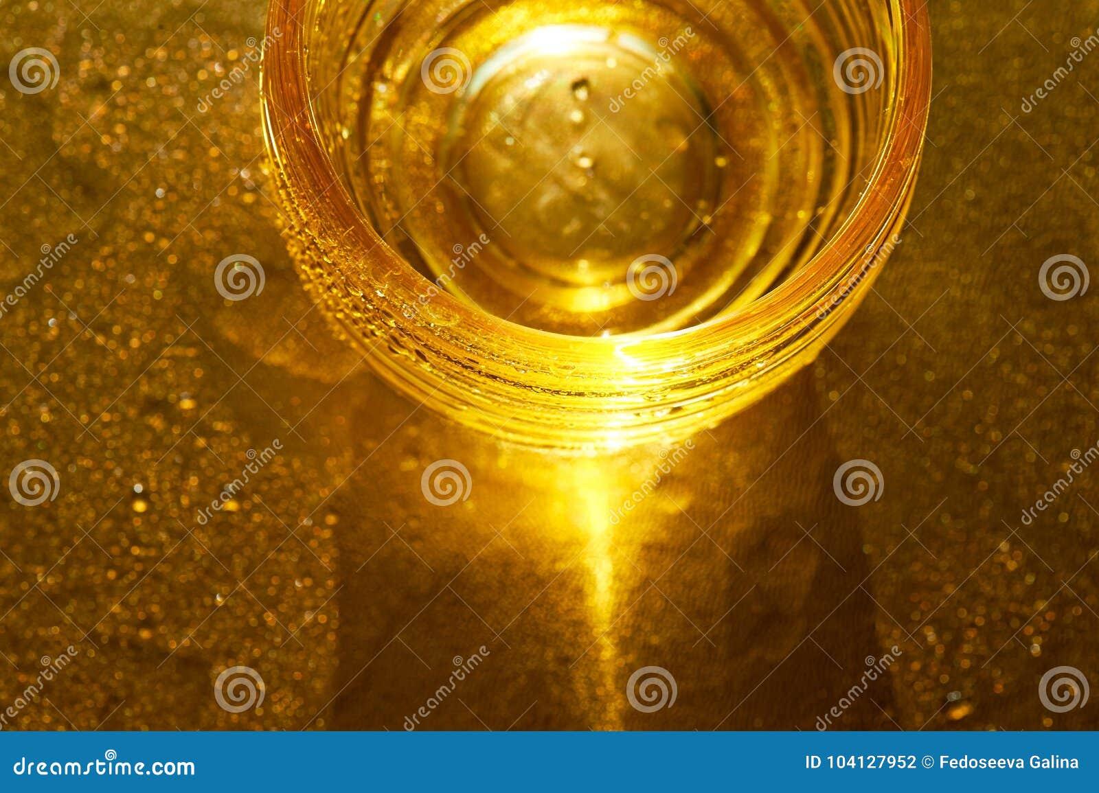 Χρυσή σύσταση με τις πτώσεις νερού Δίψα και η απόσβεσή του